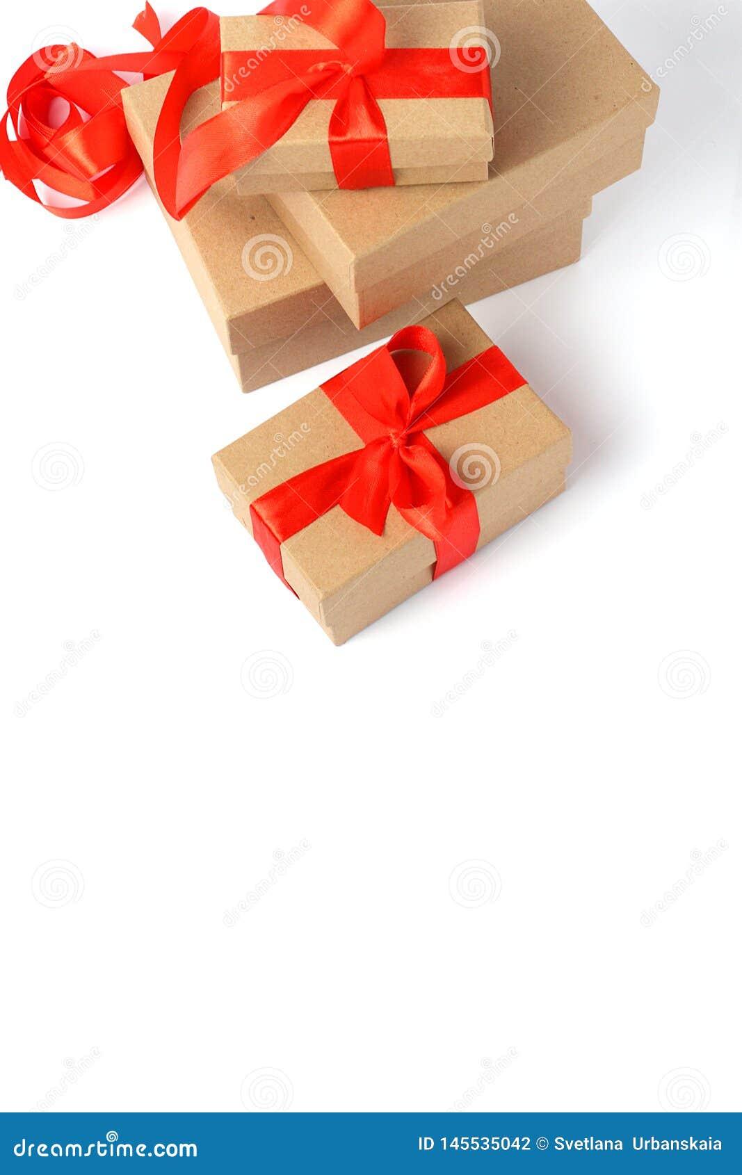 Caixa de presente envolvida com curva da fita
