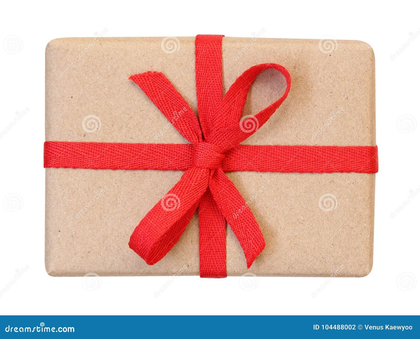 A caixa de presente envolvida no marrom reciclou o papel com opinião superior da curva vermelha da fita isolado no branco, trajet