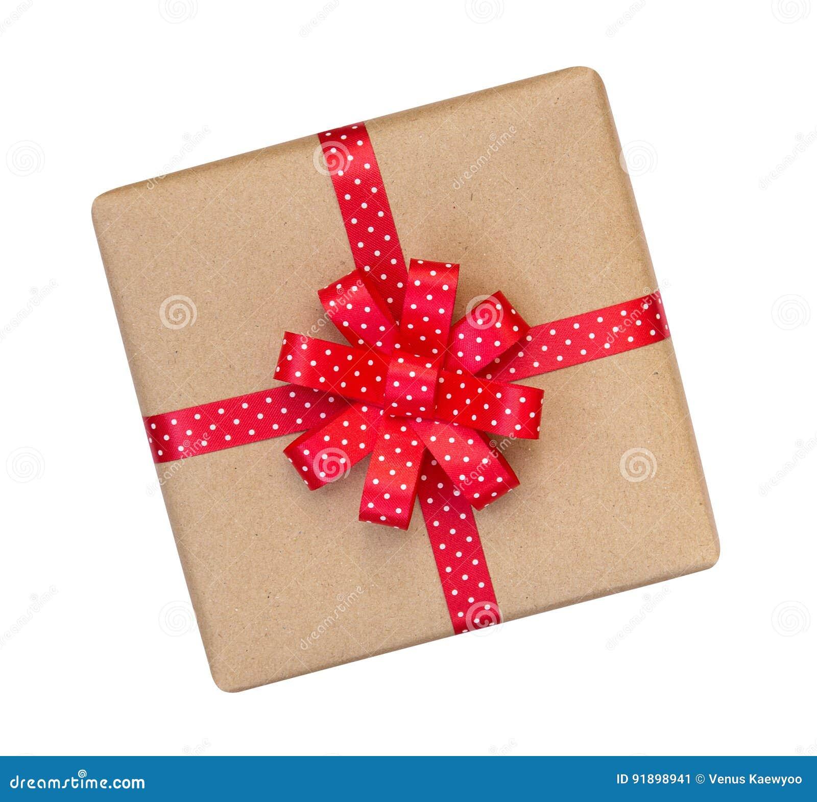 A caixa de presente envolvida no marrom reciclou o papel com ribb vermelho do às bolinhas