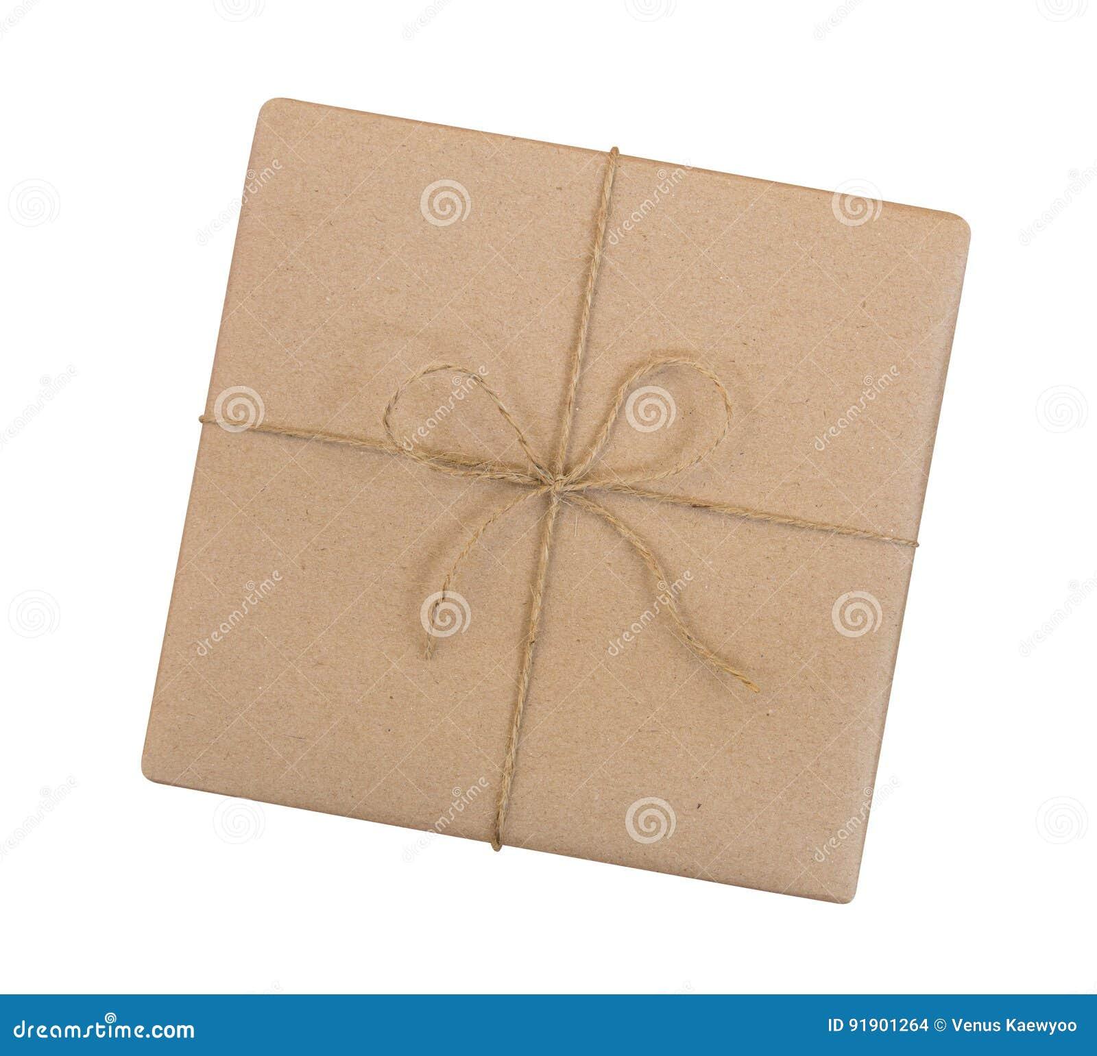 A caixa de presente envolvida no marrom reciclou o papel e amarrou a parte superior da corda do saco