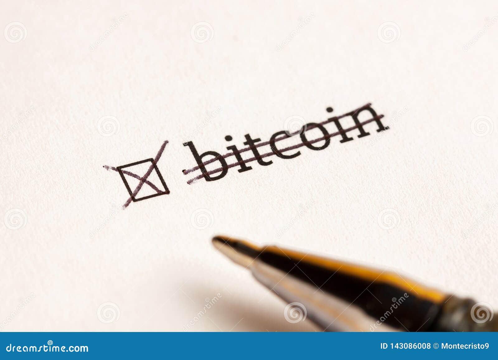 Caixa de seleção verificada com bitcoin da palavra no fundo da espera Conceito do questionário