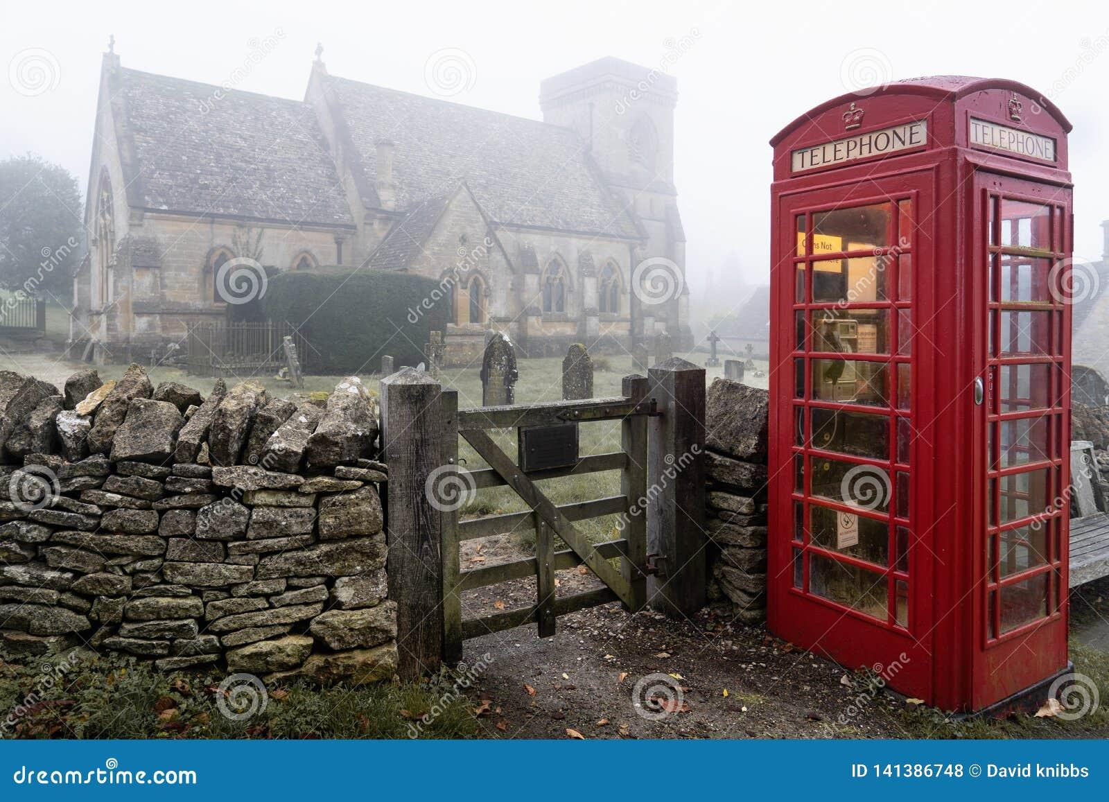 Caixa de telefone perto da igreja de Snowshill nos theCotswolds