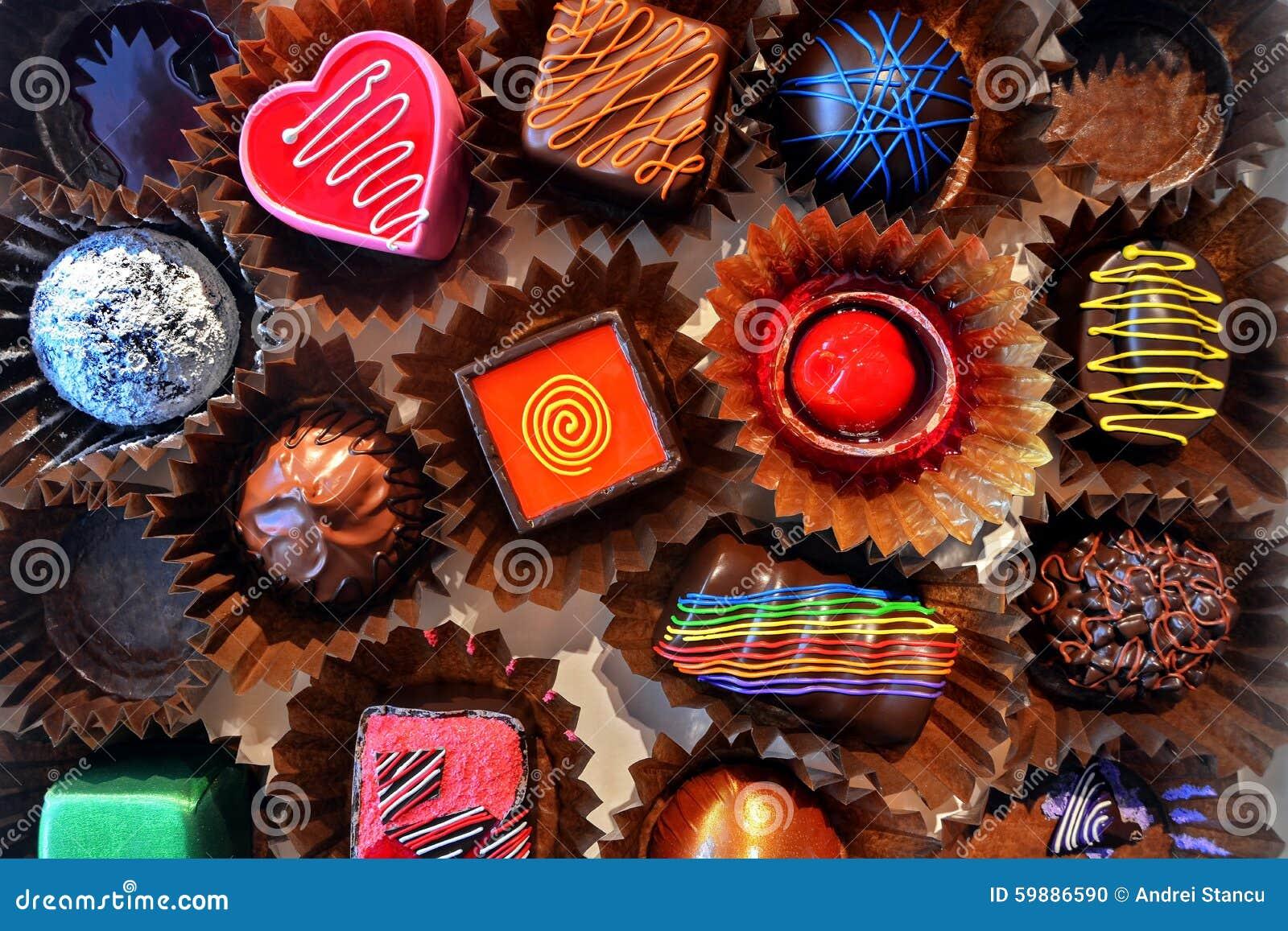 Caixa de vários pralines do chocolate