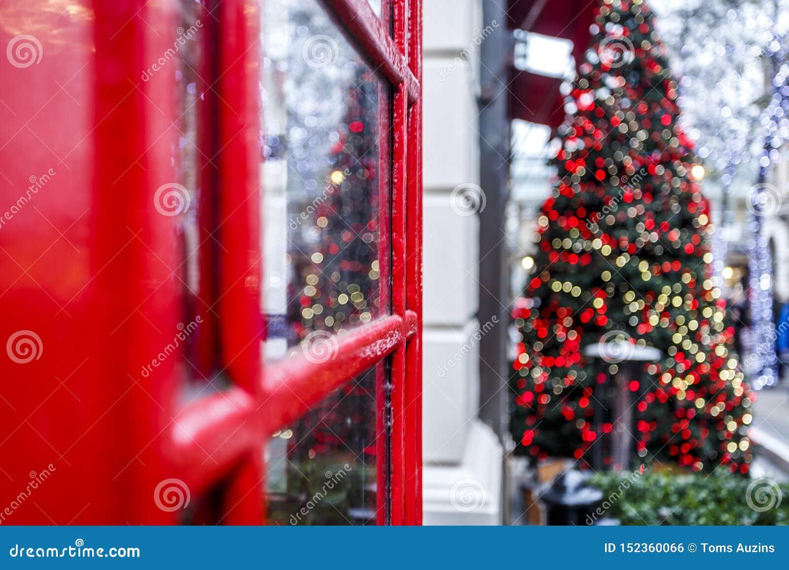 Caixa do telefone de Londres e árvore de Natal vermelhas