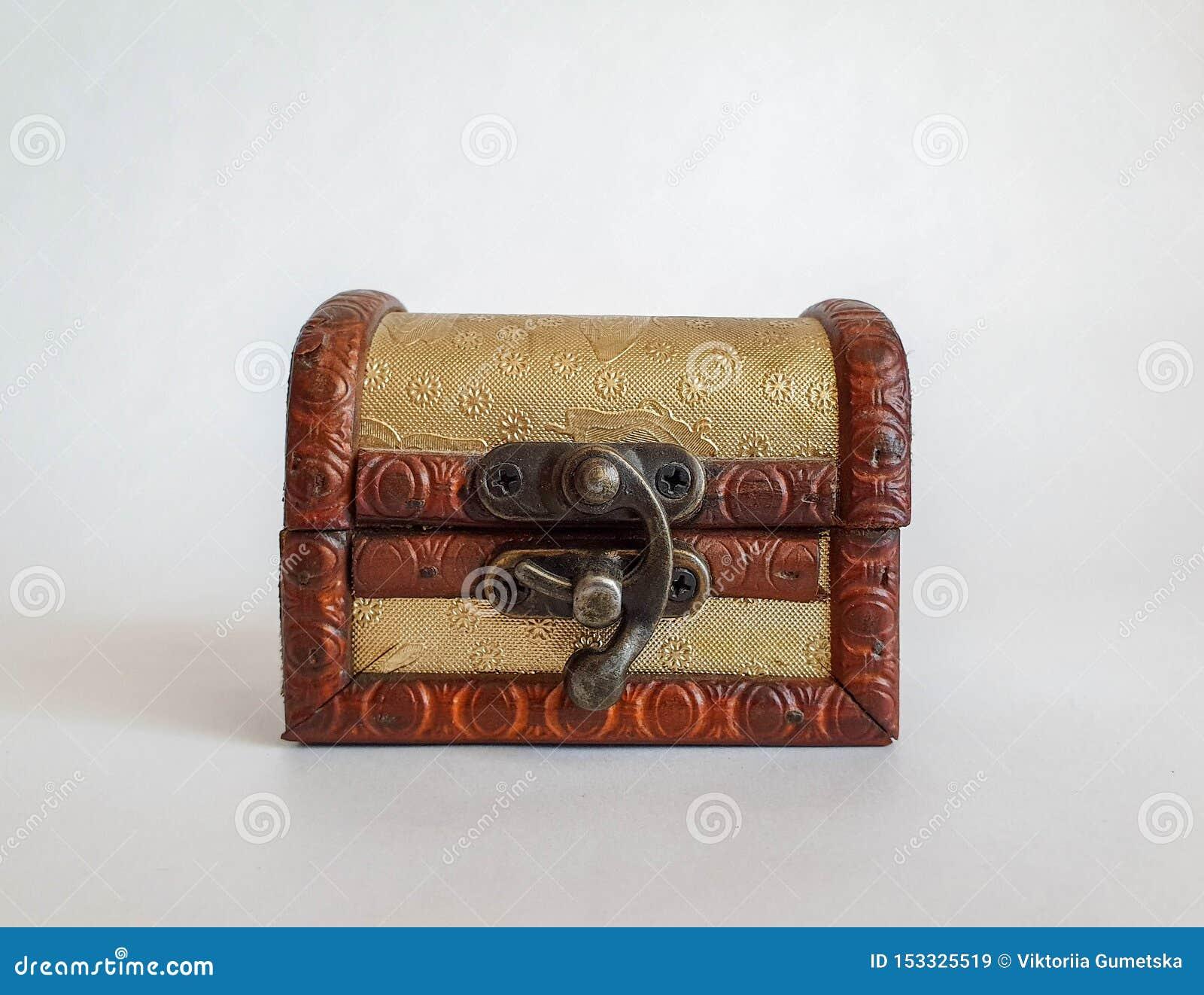 Caixa pequena da caixa da forma velha dourada de madeira, caixa do tesouro no fundo natural branco, não