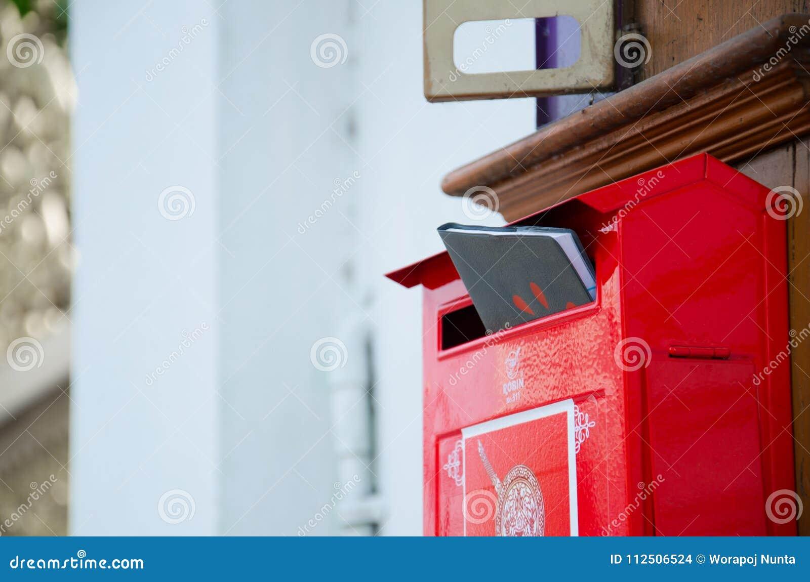 Caixa postal vermelha com livro