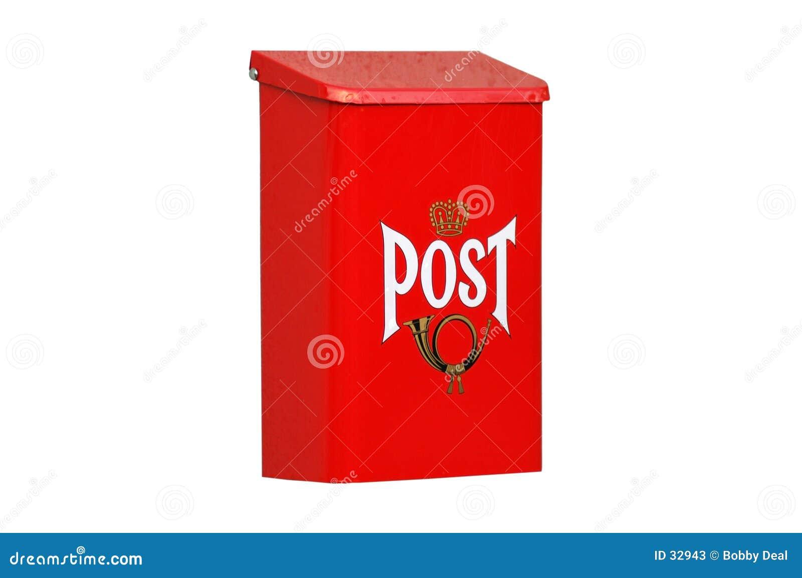 Caixa postal vermelha isolada