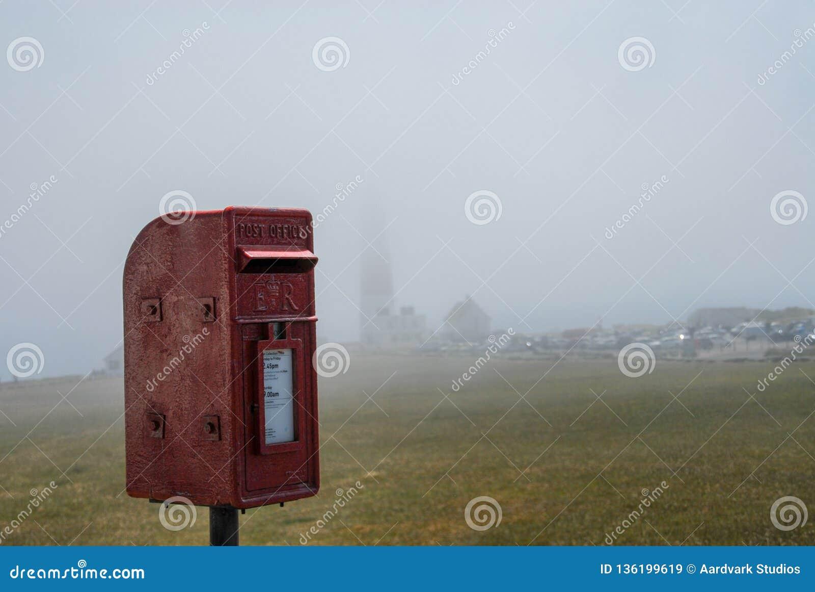 Caixa postal vermelha no fundo enevoado