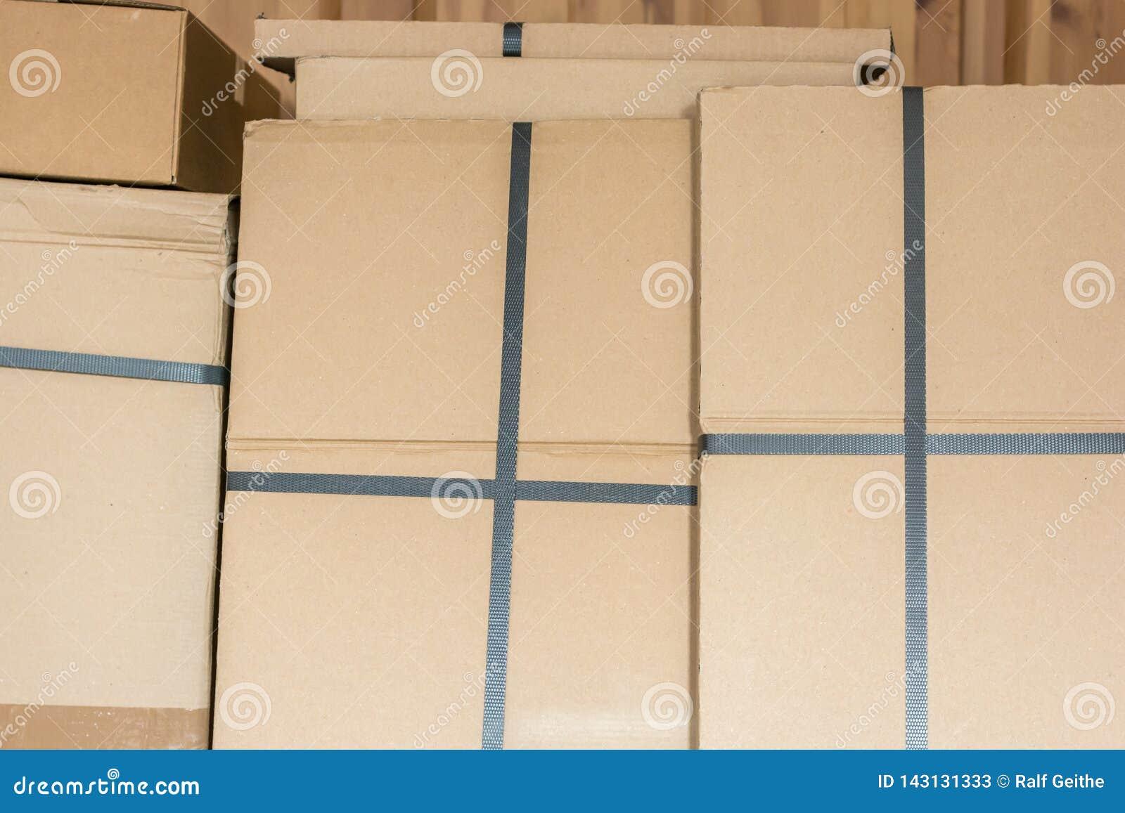 Caixas de cartão empilhadas em um armazém