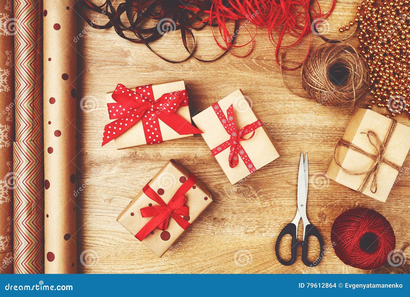 Caixas de empacotamento com presentes do Natal