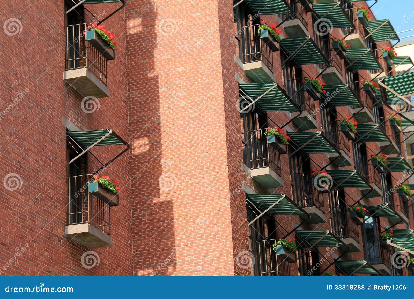 #0A7EC2 bonita de toldos listrados verdes e brancos sobre caixas de janela  1508 Toldos Para Janelas De Apartamentos