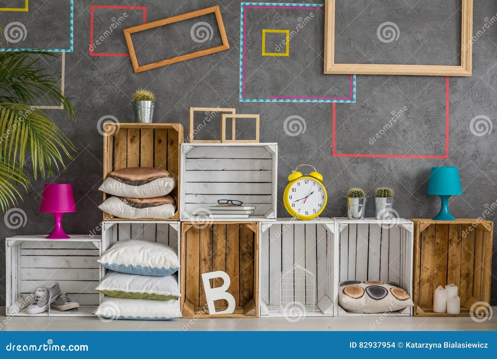 Caixas de madeira como uma prateleira