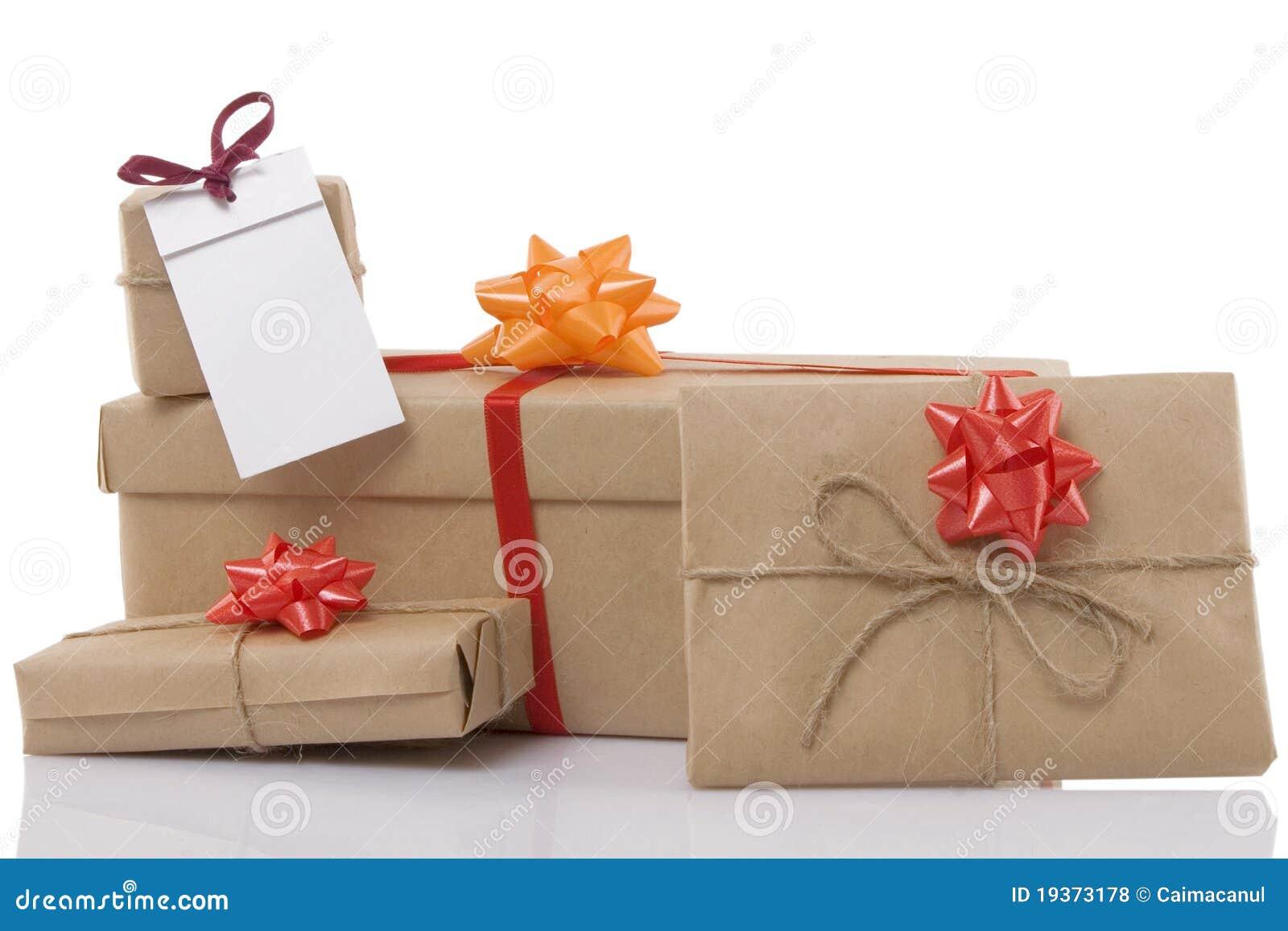 Caixas de presente com fita e etiqueta em branco