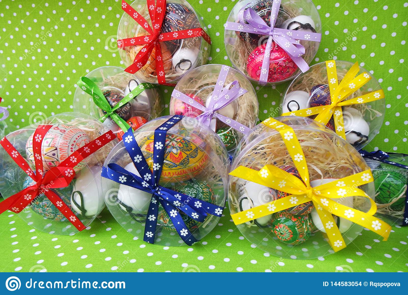 Caixas de presente da Páscoa com ovos coloridos