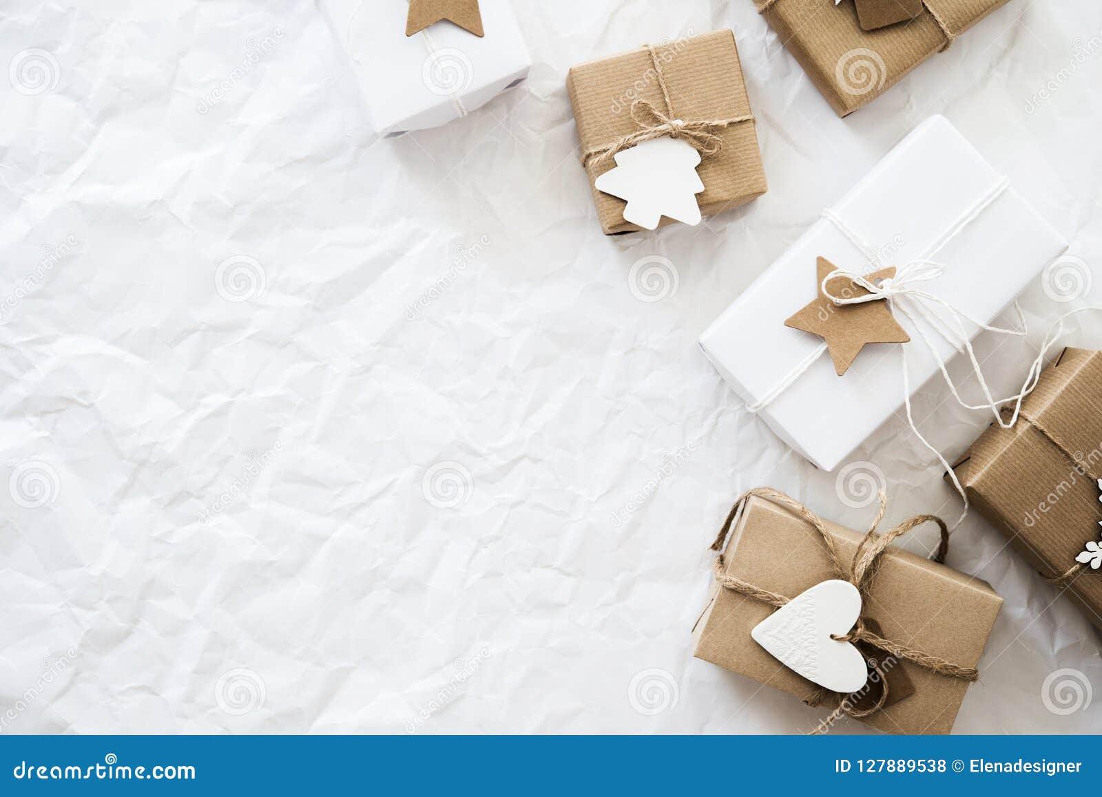 Caixas de presente feitos a mão do Natal na opinião superior do fundo branco Cartão do Feliz Natal, quadro Tema do feriado do xma