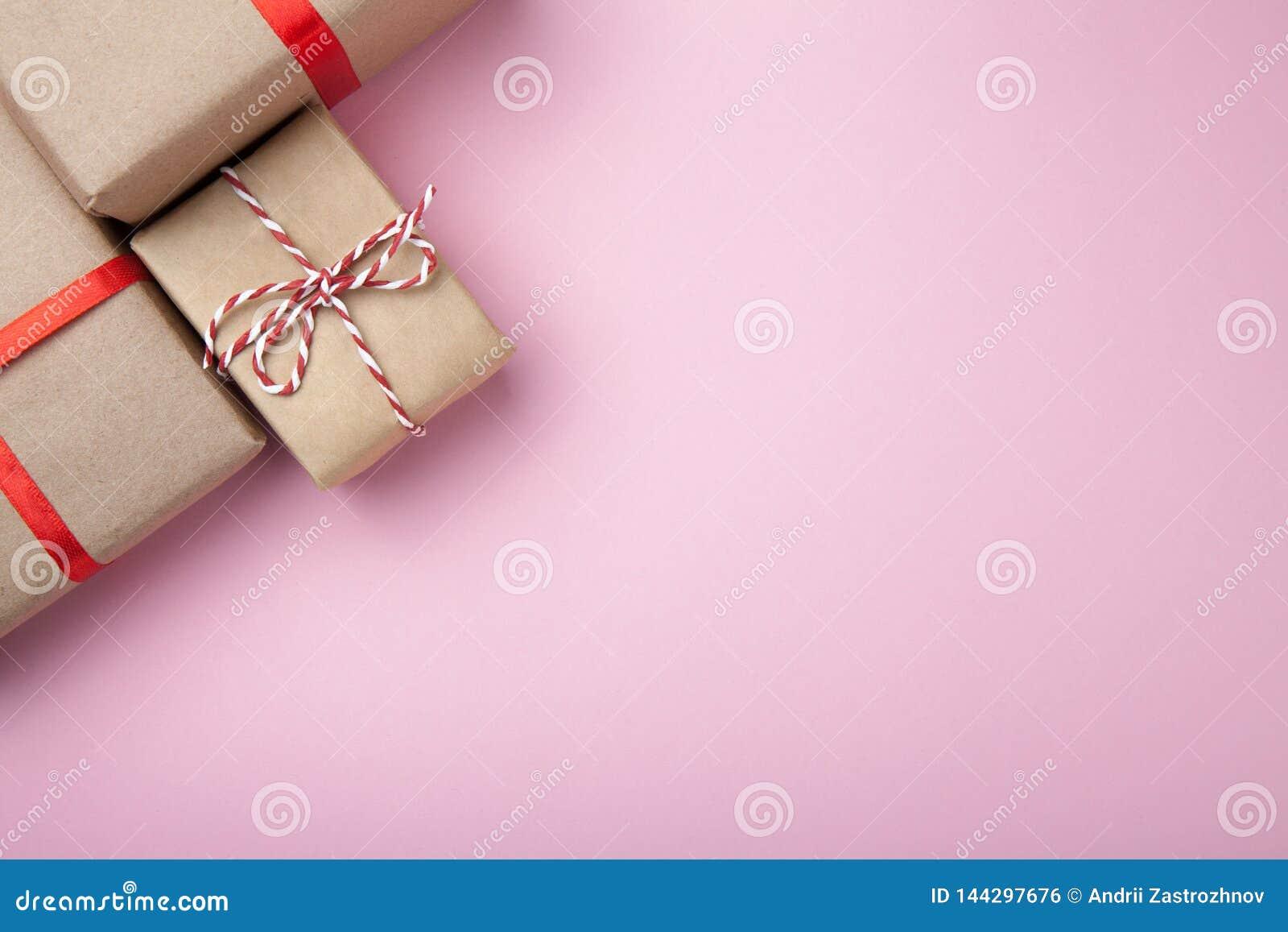Caixas festivas do presente Presente de anivers?rio Fundo cor-de-rosa Espa?o vazio para o texto