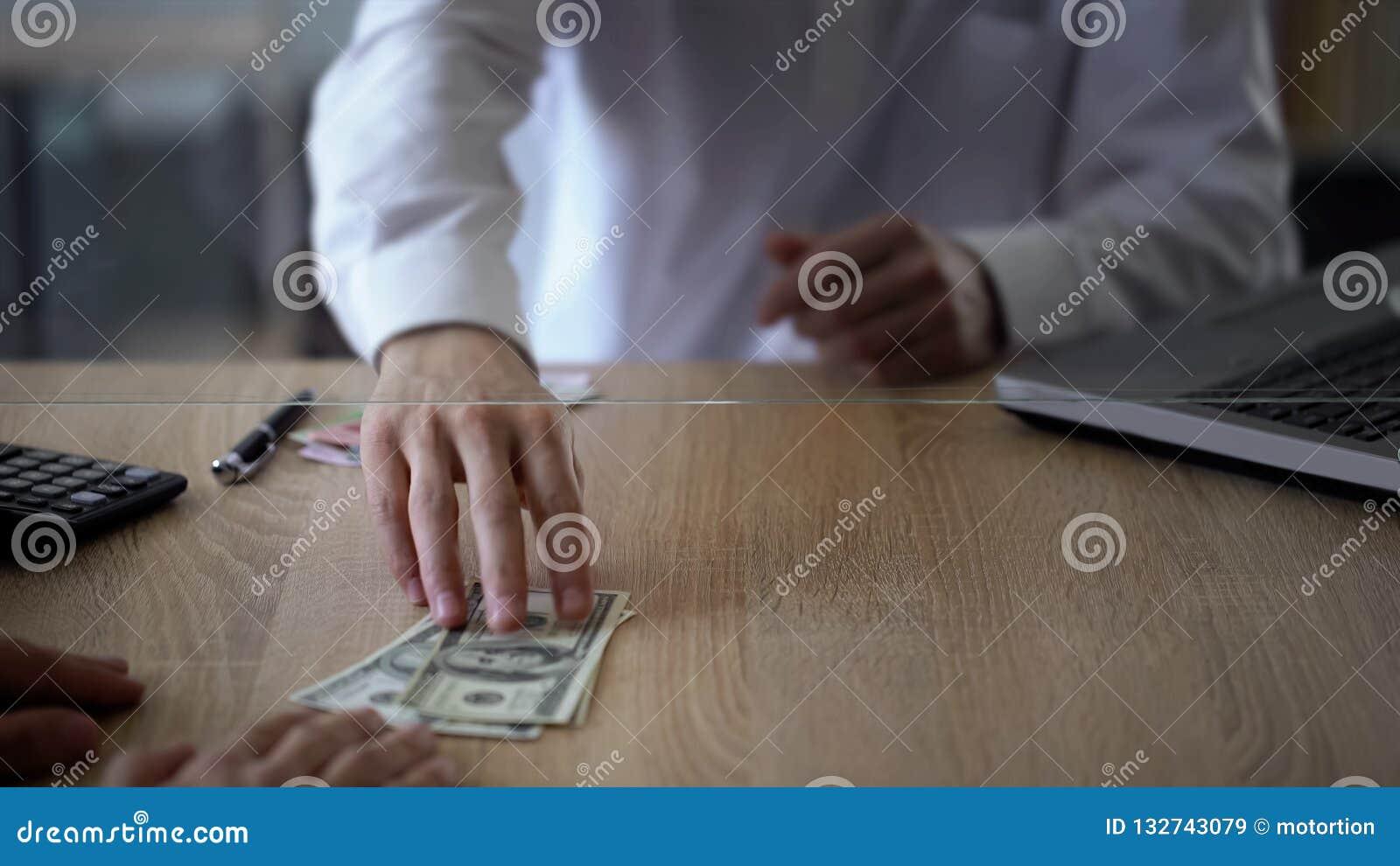 Caixeiro de banco que dá dólares do cliente, serviço de troca do dinheiro, divisa estrageira