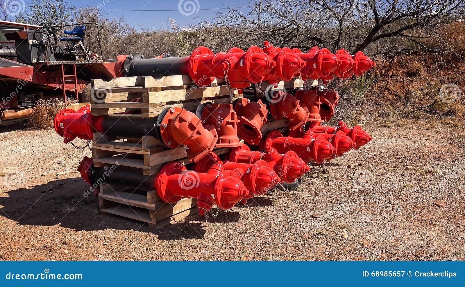 Cajón de bocas de incendios rojas a estrenar que se instalarán