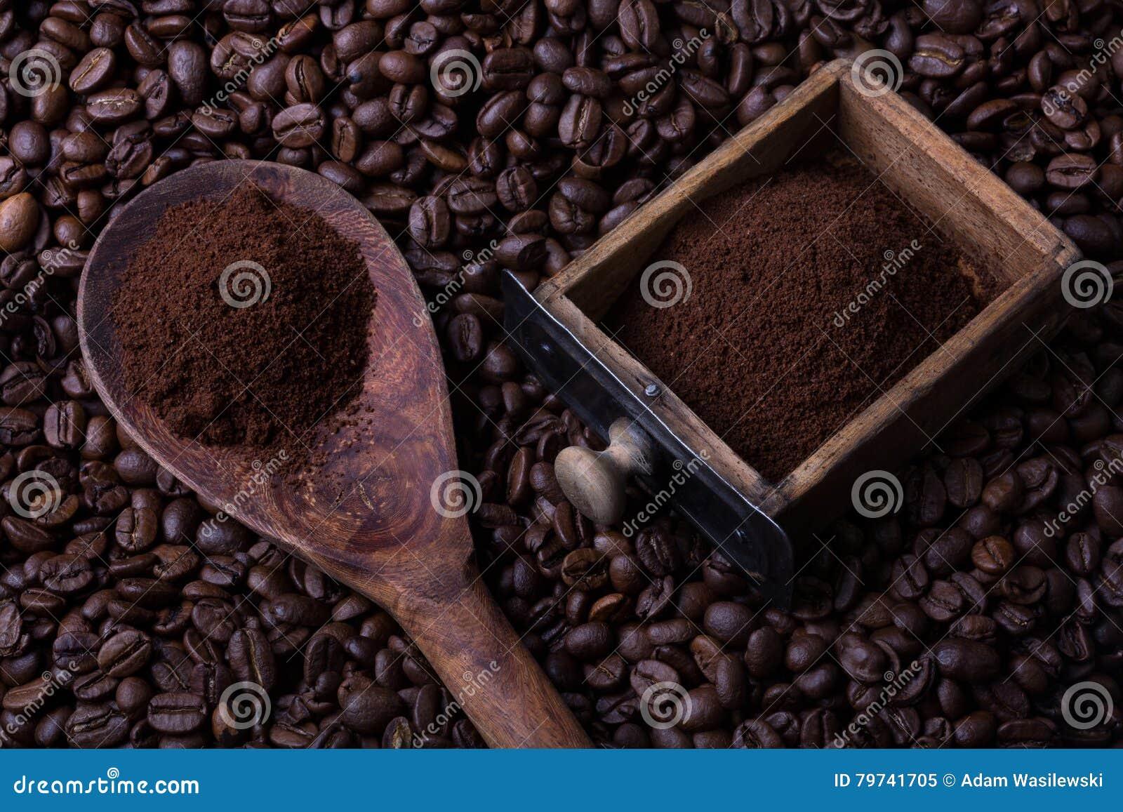 Cajón de la cuchara y de las amoladoras por completo del polvo del café