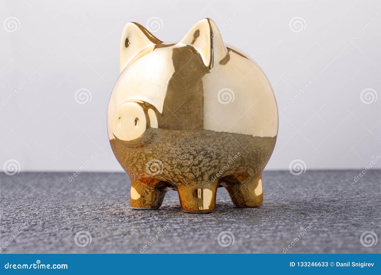 Caja de dinero del cerdo de oro en concepto negro del fondo de seguro financiero, de protección, de inversión segura o de activid