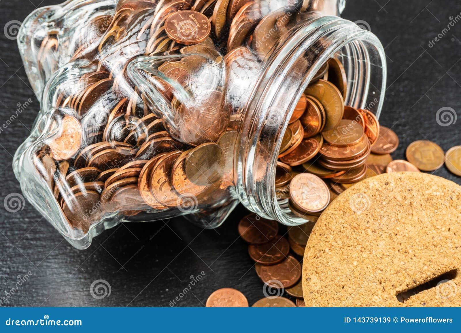 Caja de dinero grande de hucha, tarro de cristal del dinero con las monedas británicas