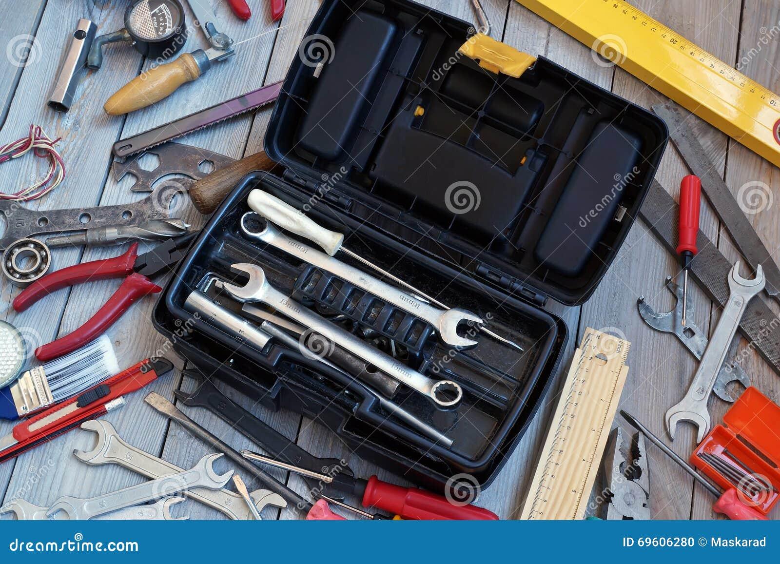Caja de herramientas en el piso de madera, visión desde arriba