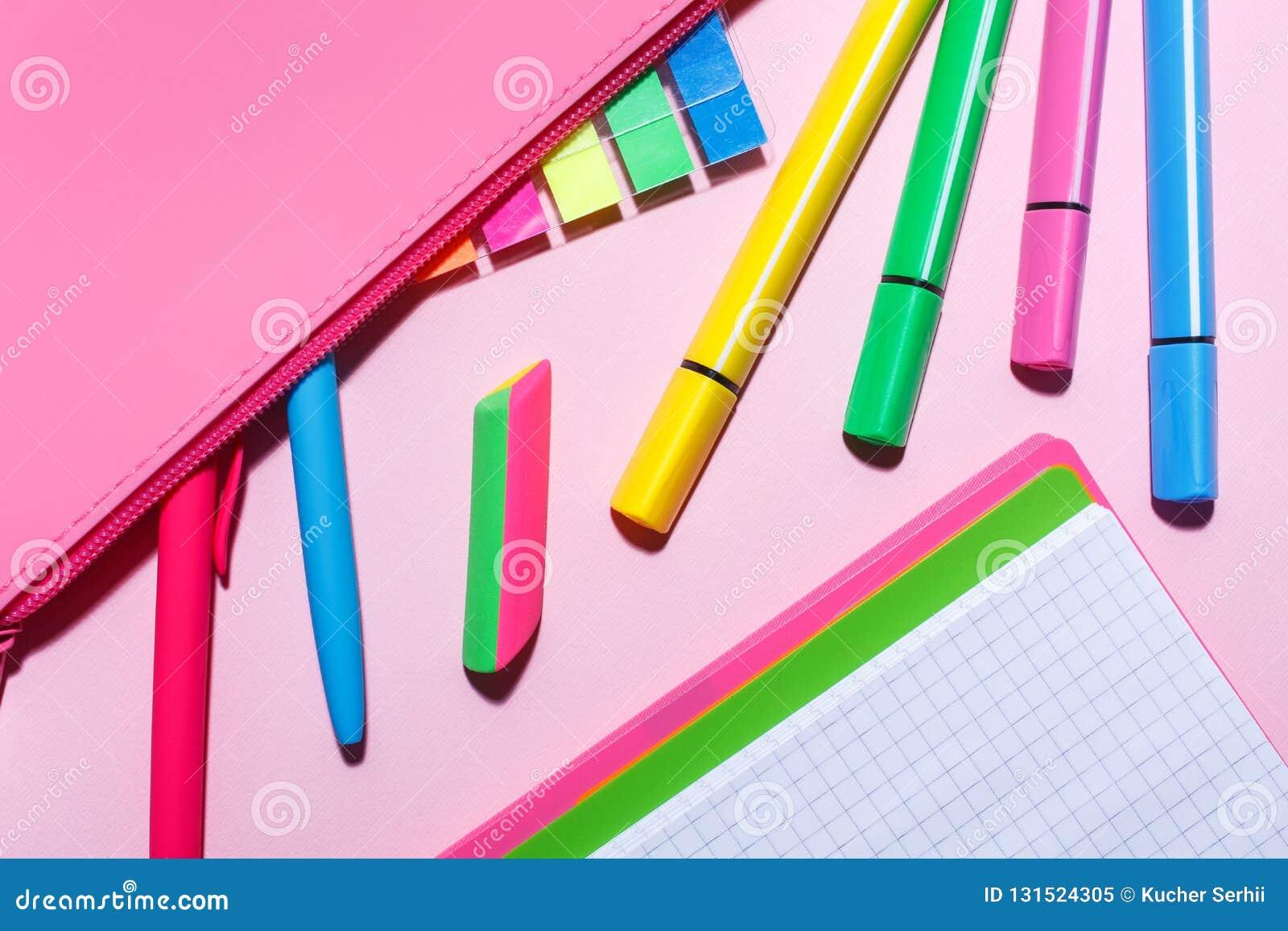 Caja de lápiz con las etiquetas engomadas y las plumas del color Endecha plana, visión superior
