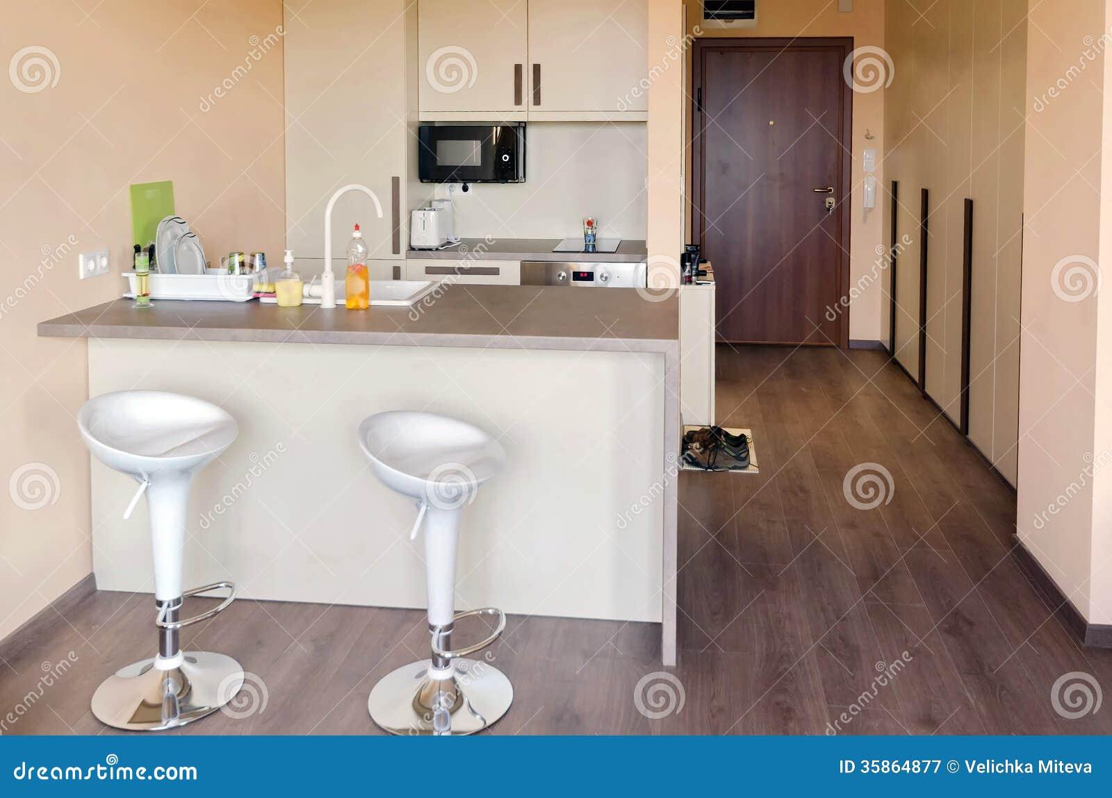 Caja de la cocina en peque a sala de estar imagen de for Sala de estar estancia cocina abierta