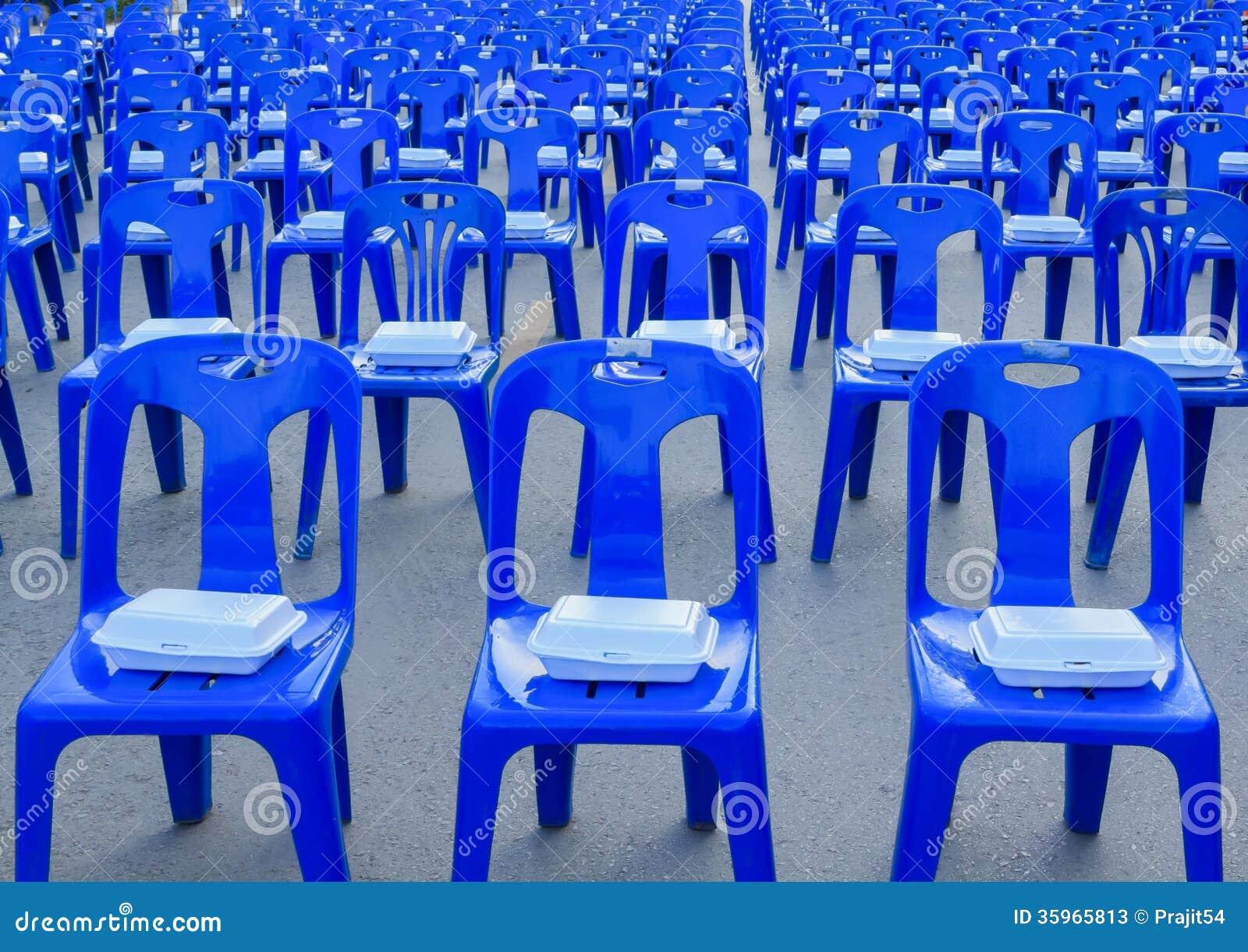 Caja de la espuma en sillas plásticas azules
