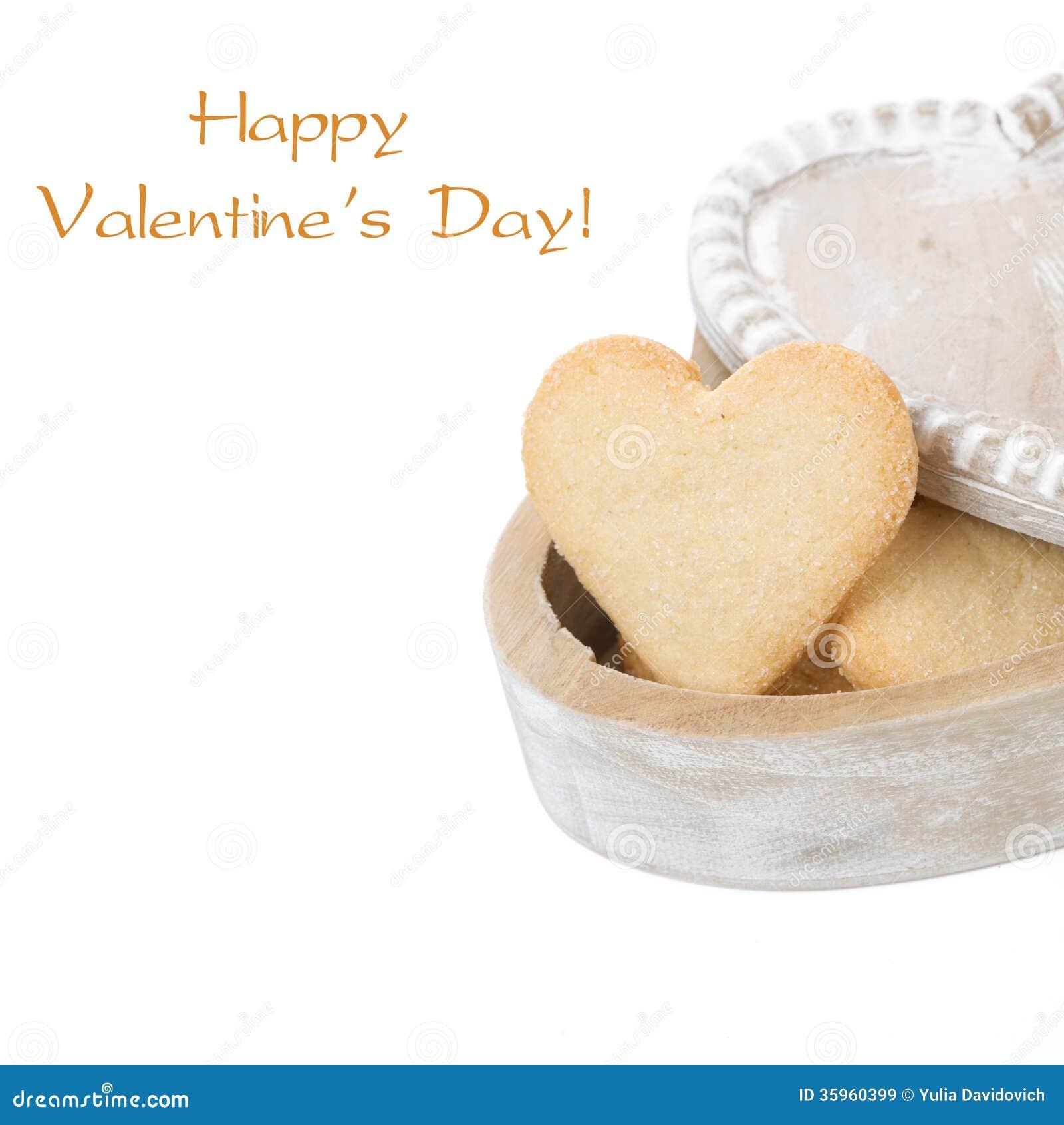 Caja de madera con las galletas bajo la forma de corazón, aislado en blanco