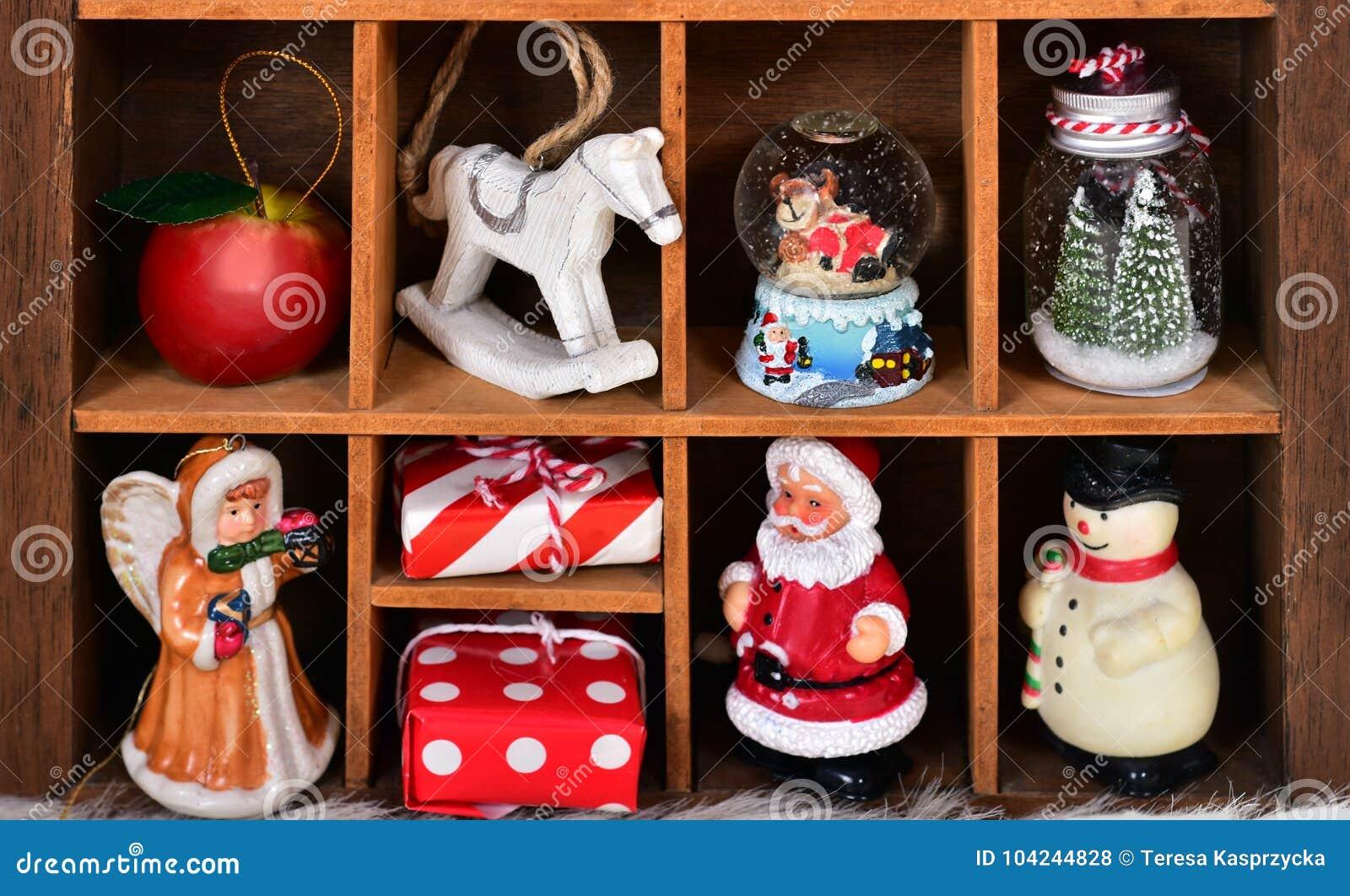 Caja de recuerdos de madera con la colección de la decoración y del juguete de la Navidad