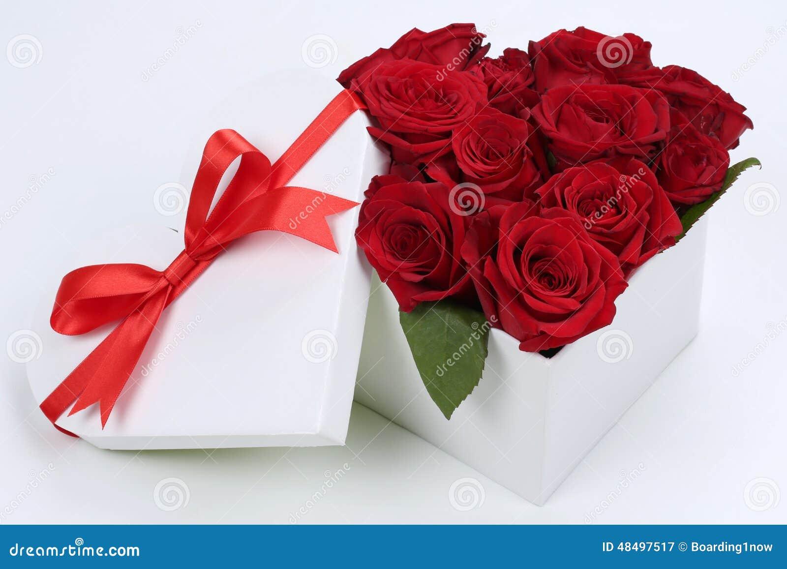 Caja De Regalo Con Las Rosas Para Los Regalos, La Tarjeta Del Día De San  Valentín O La Madre De Cumpleaños Imagen de archivo - Imagen de rosas,  regalo: 48497517