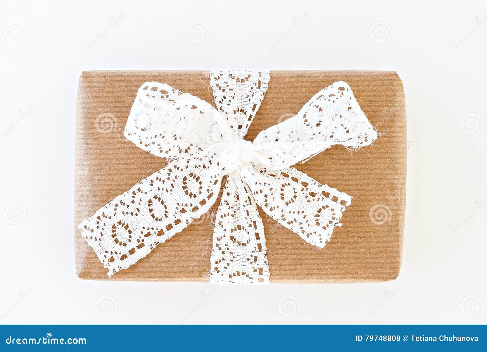 Caja de regalo con una cinta y un arco blancos aislados