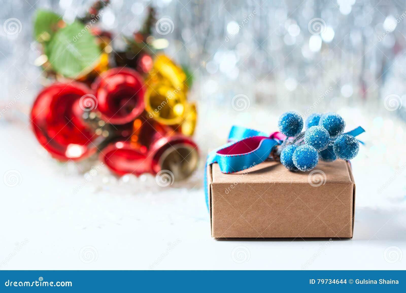 Caja de regalo de la Navidad con la cinta y decoración de la Navidad en un fondo blanco