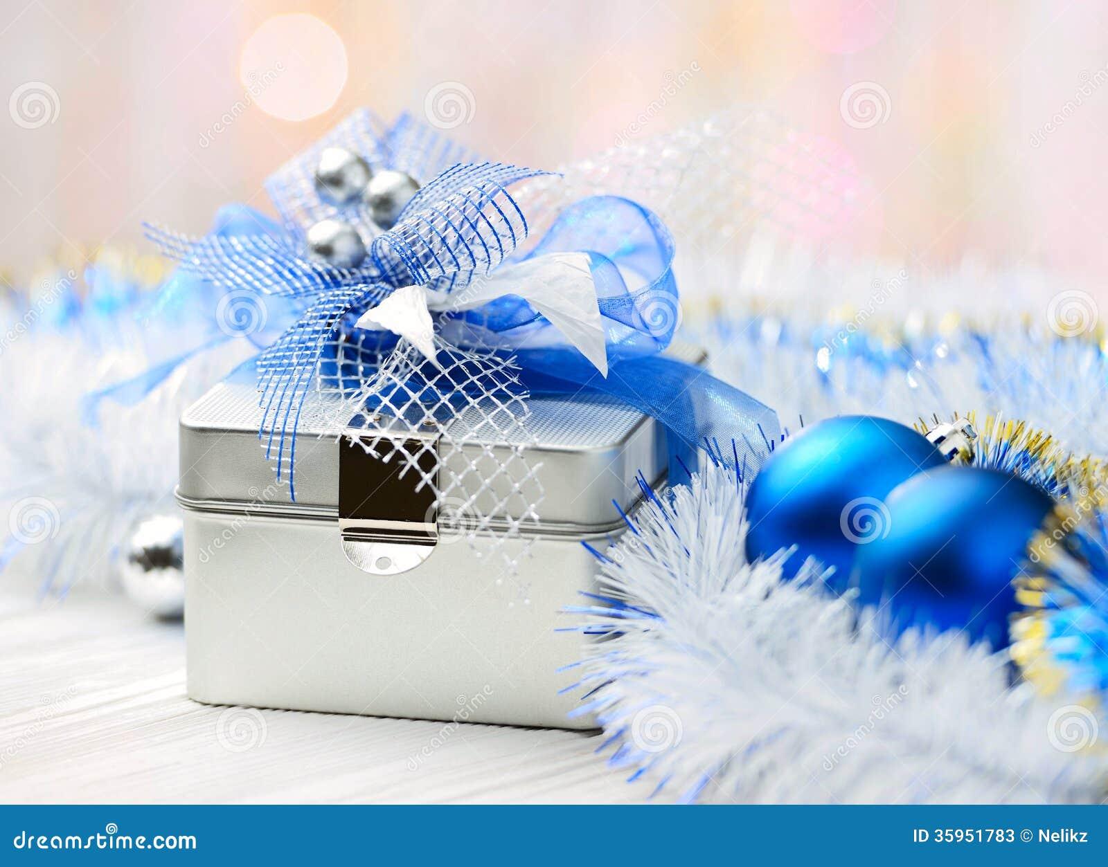 Caja de regalo de la Navidad en fondo abstracto