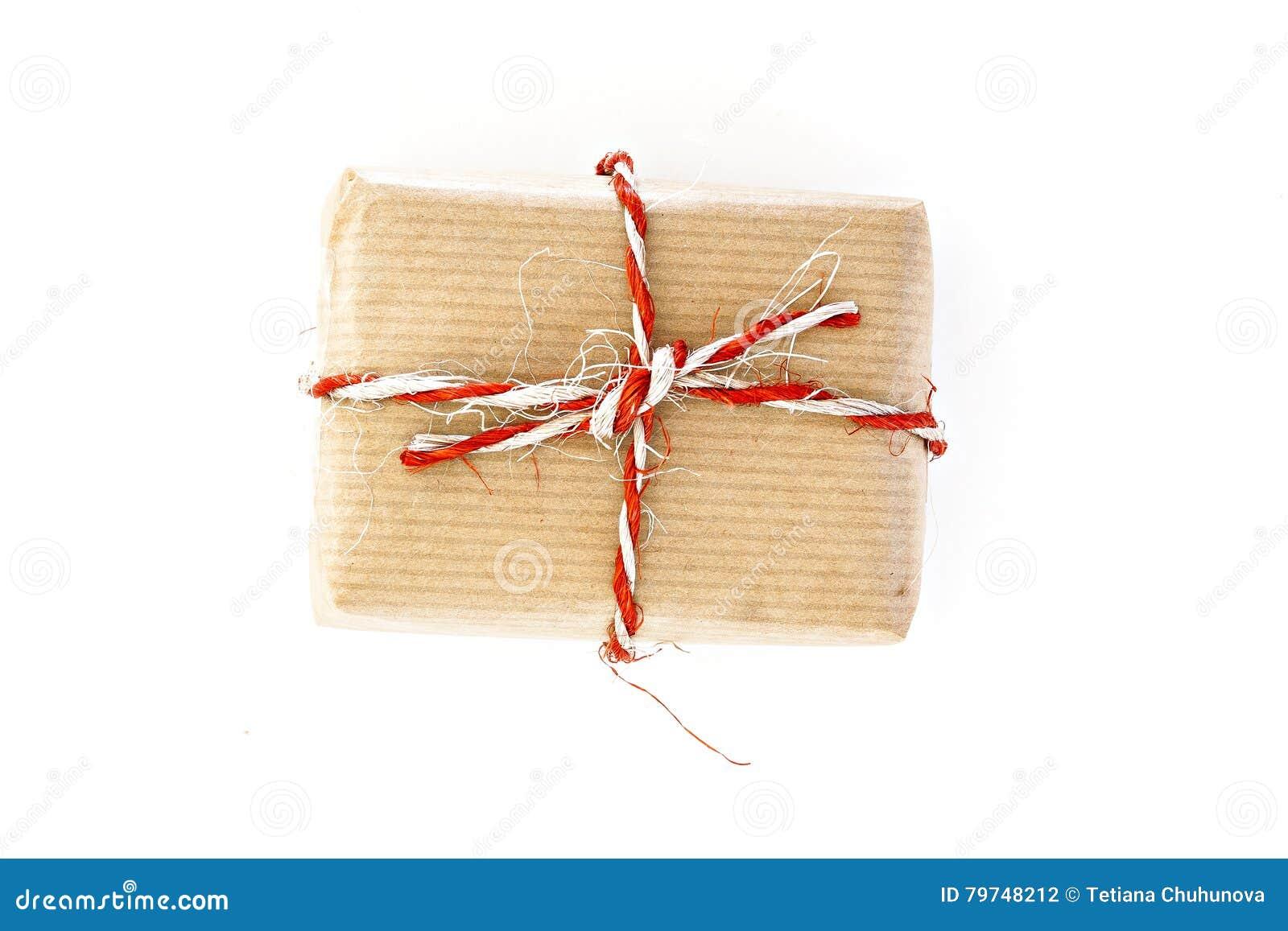 Caja de regalo del arte con la guita, aislada