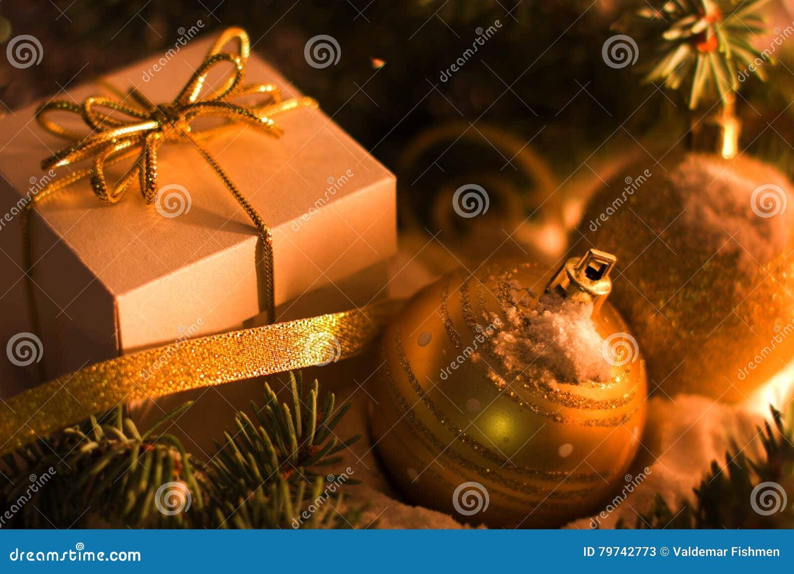 Caja de regalo del oro con el arco de plata, bolas del juguete