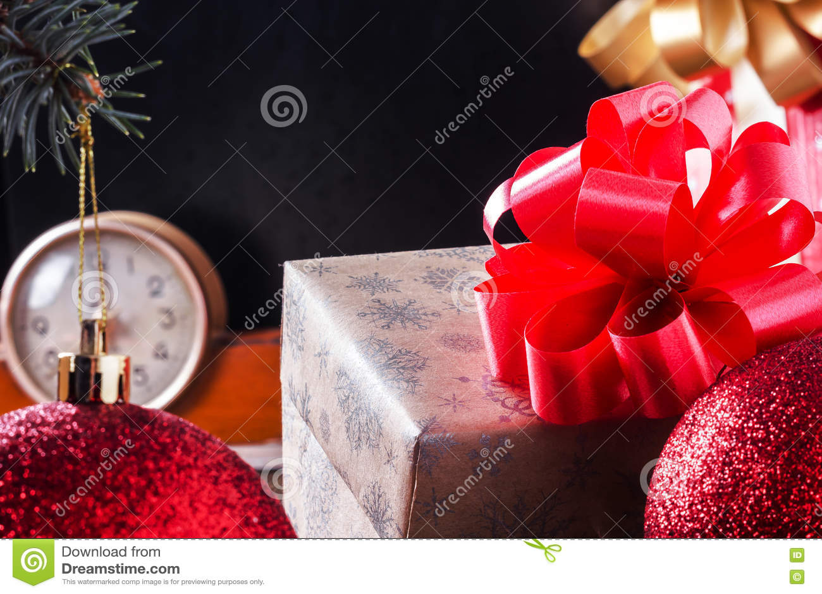 Caja de regalo en una tabla de madera