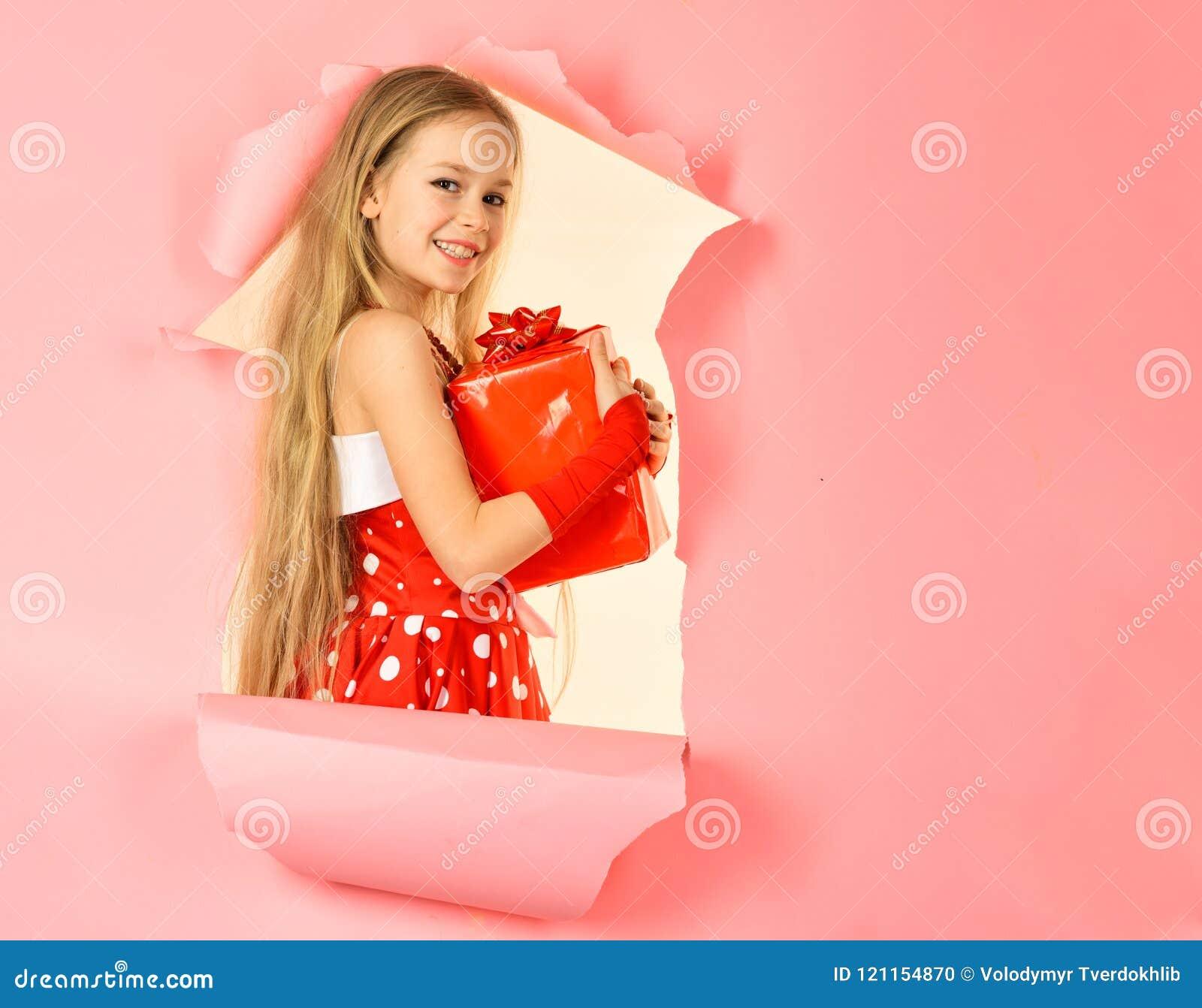 Caja de regalo feliz de la abertura de la muchacha del niño, espacio de la copia
