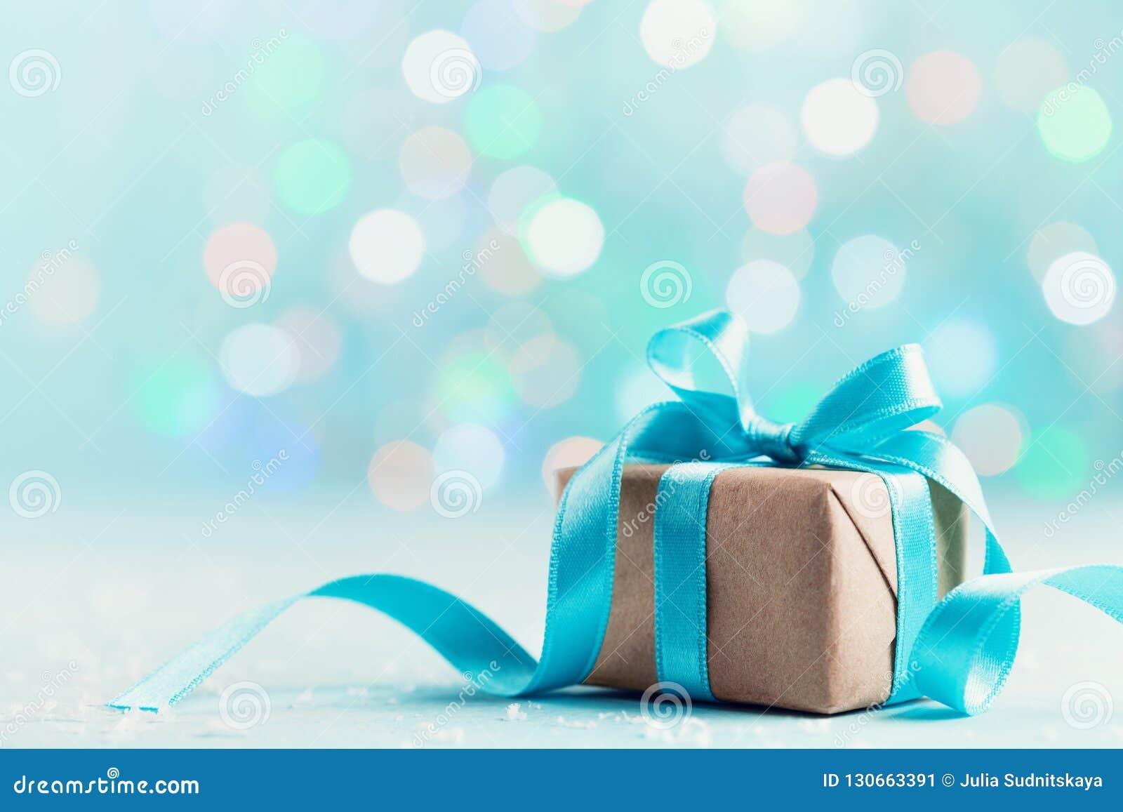 Caja de regalo de la Navidad contra fondo azul del bokeh Tarjeta de felicitación del día de fiesta