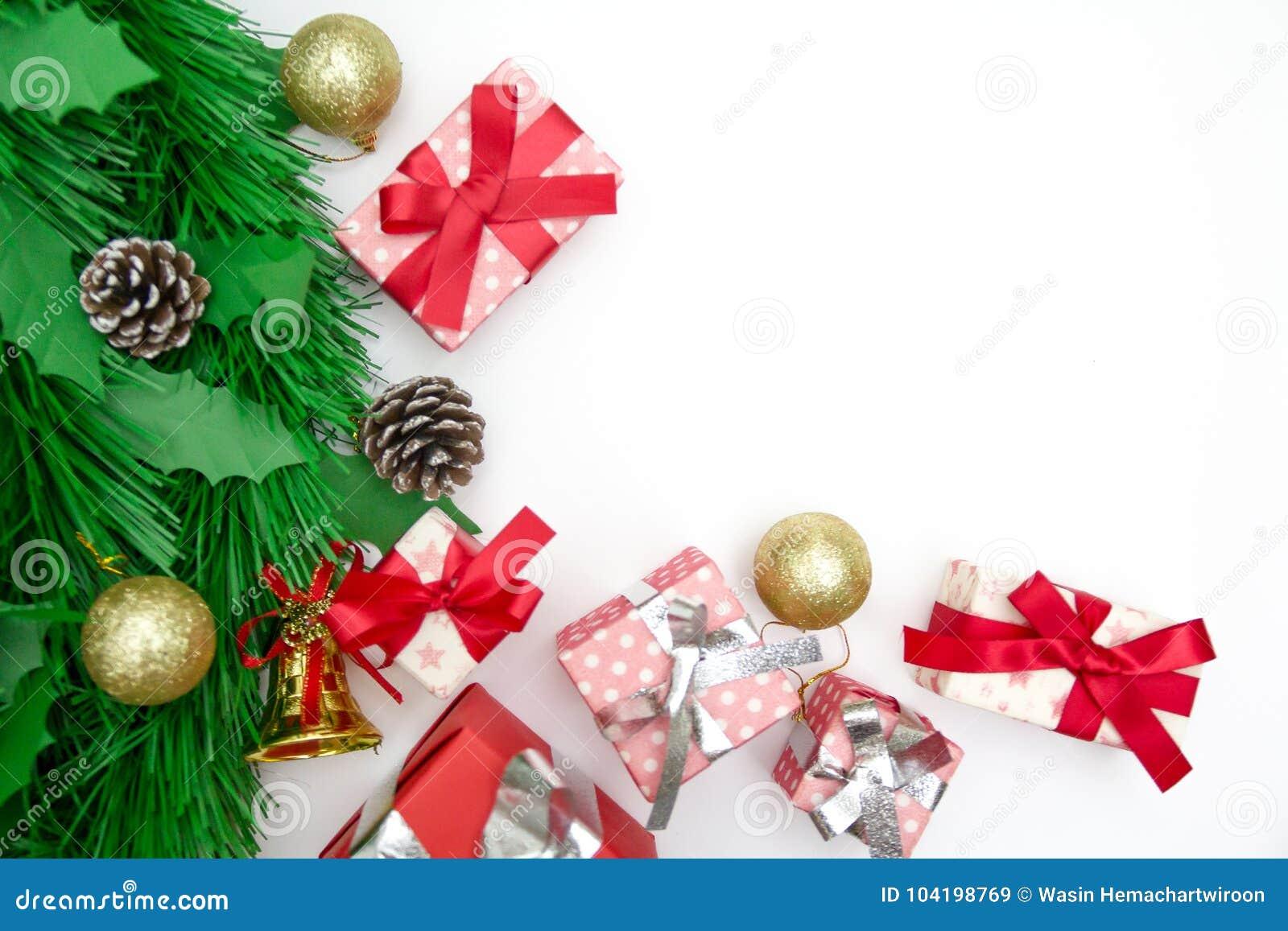 Caja de regalo de la navidad objetos decorativos en el fondo blanco imagen de archivo imagen - Objetos de navidad ...