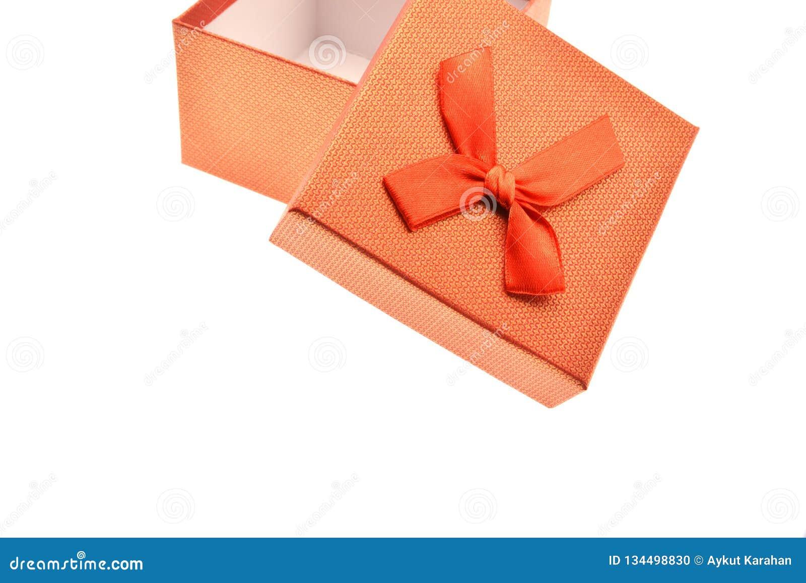 Caja de regalo roja con el arco aislado en el fondo blanco