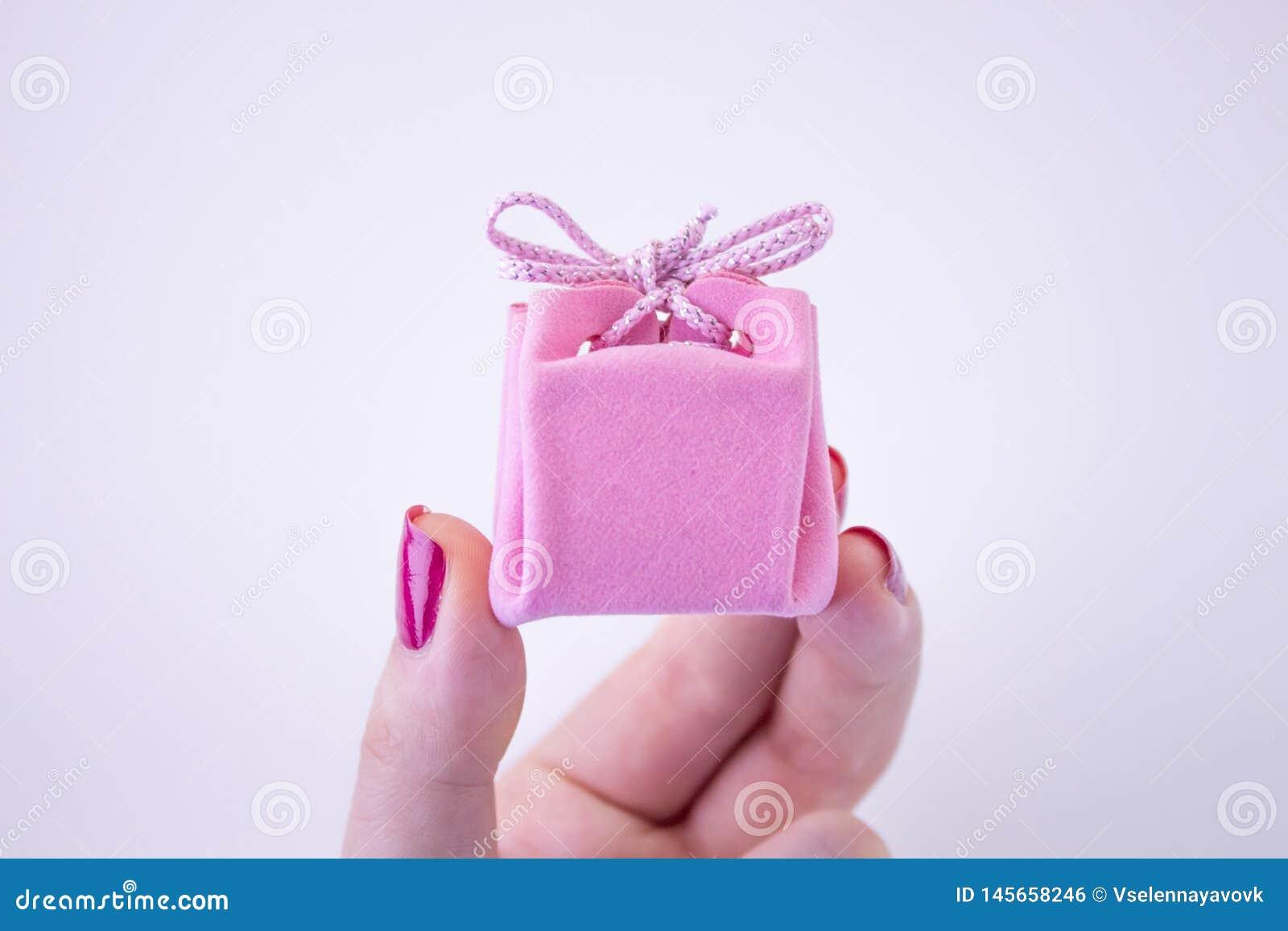Caja de regalo rosada con la cinta para las decoraciones a disposici?n Regalo festivo a una muchacha o a una mujer