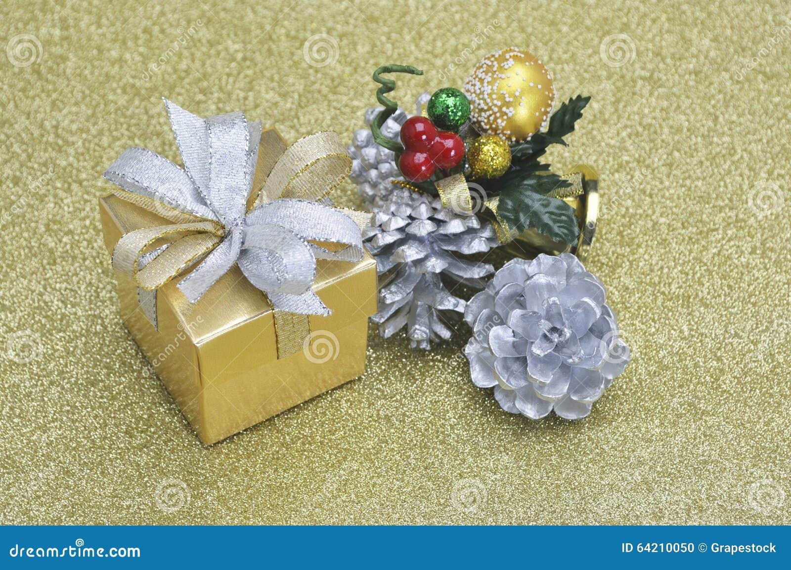 Caja de regalo y ornamento de la Navidad en el oro