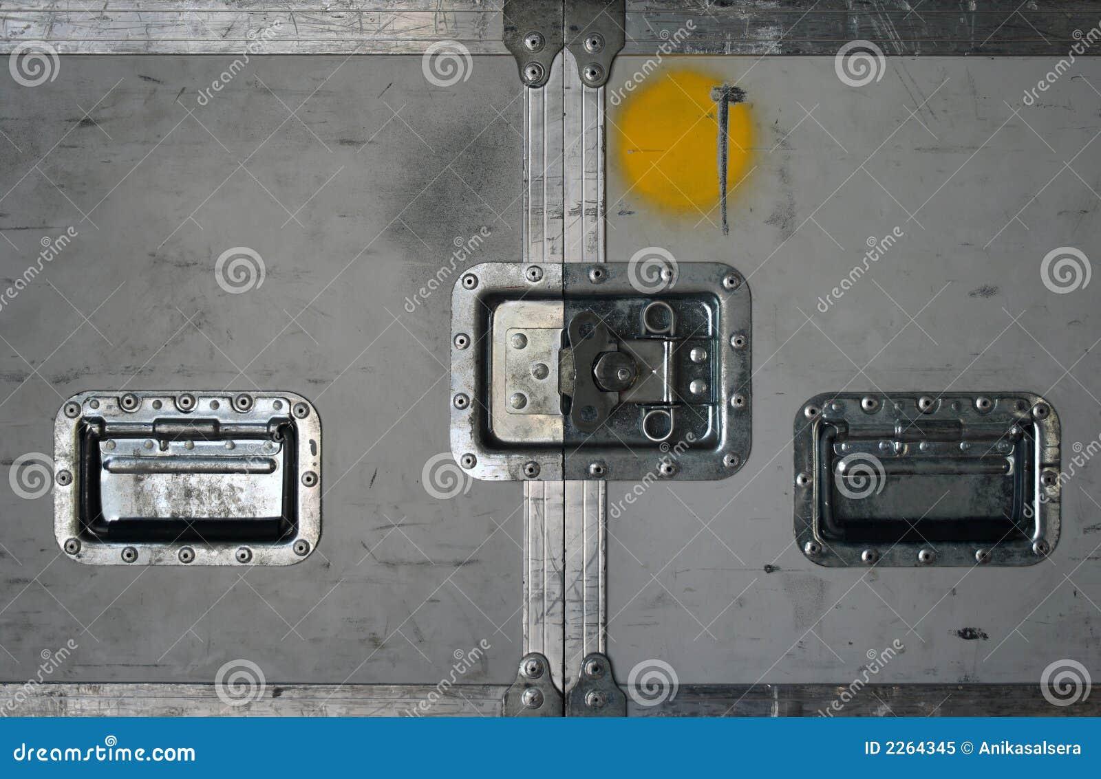 Caja del camino con los cierres del metal