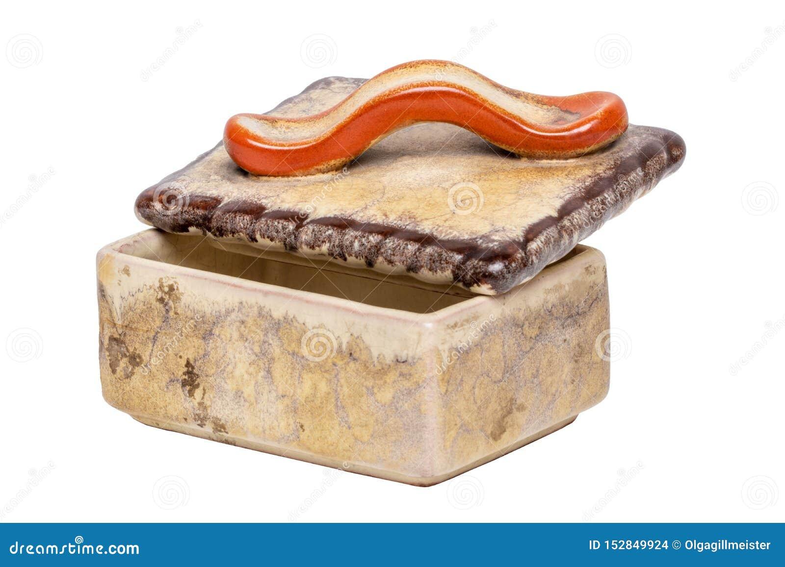 Caja del cigarrillo aislada Primer de la caja de cigarrillo marrón antigua con una manija roja hecha de cerámica aislada en un fo