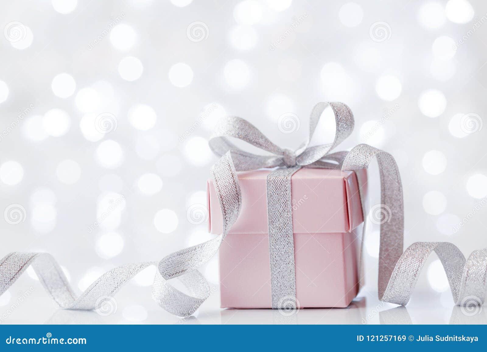 Caja del presente o de regalo contra fondo del bokeh Tarjeta de felicitación del día de fiesta en cumpleaños o la Navidad
