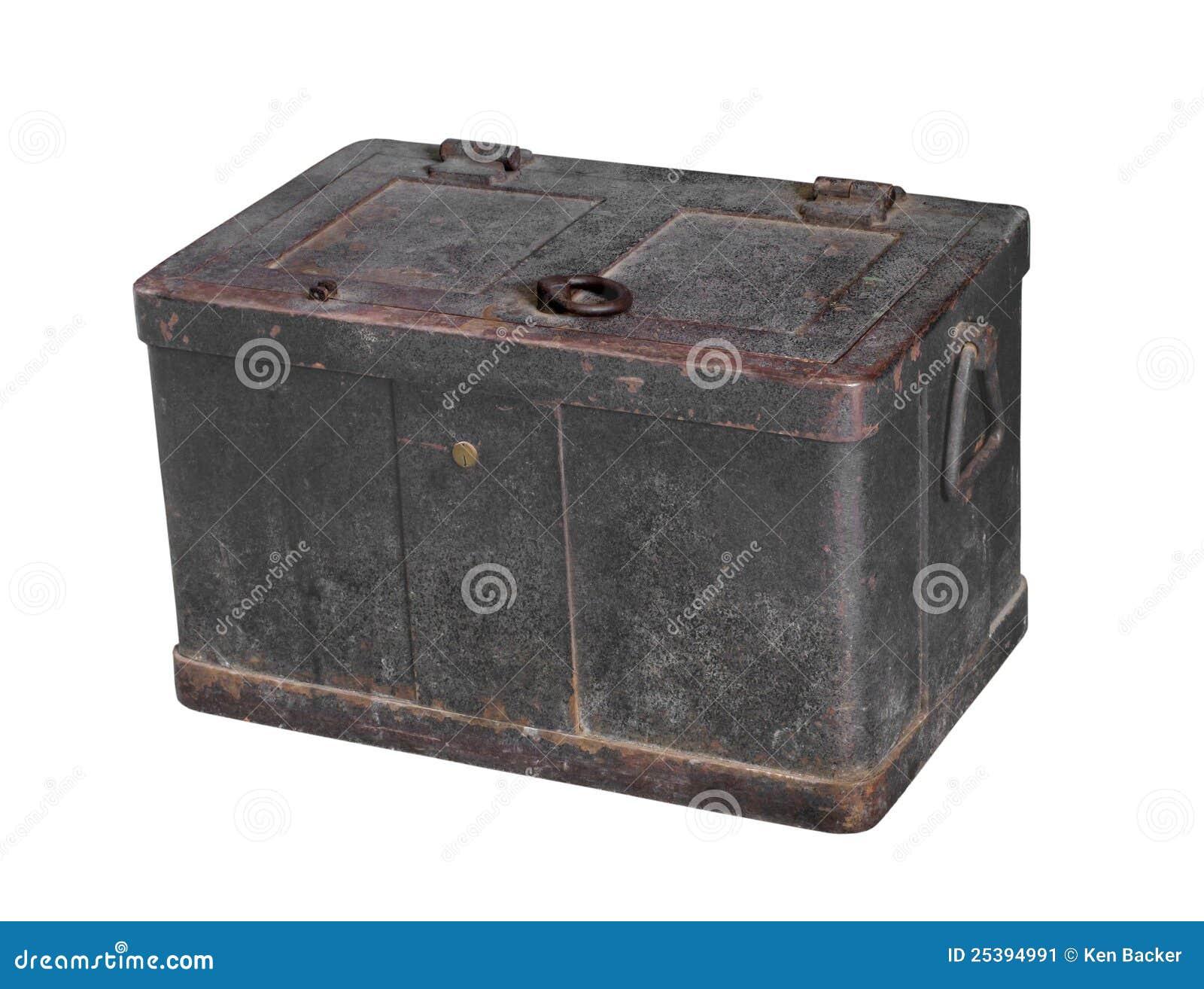 Caja fuerte de metales pesados vieja aislada.