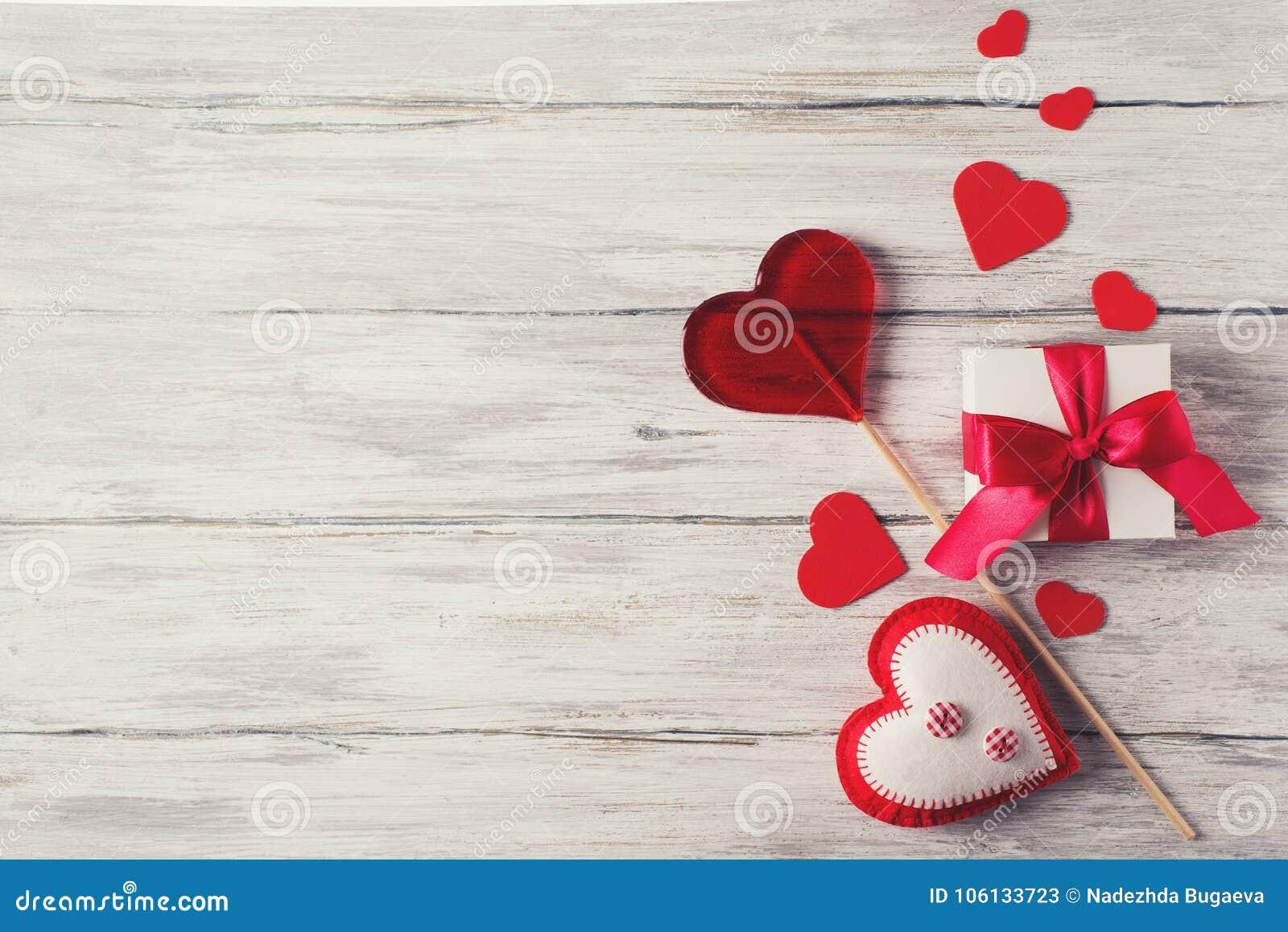 Caja roja del corazón y de regalo de Handmaded en Grey Background Valentines T