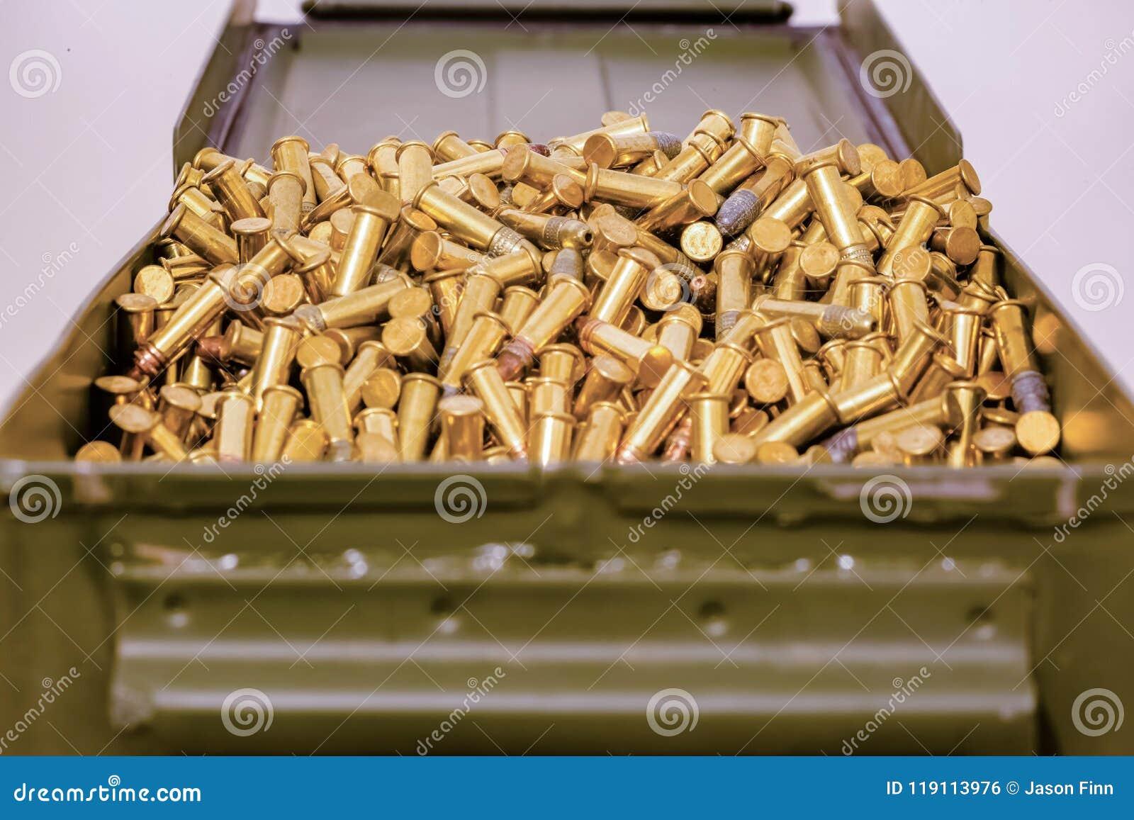 Caja verde de la munición por completo de balas